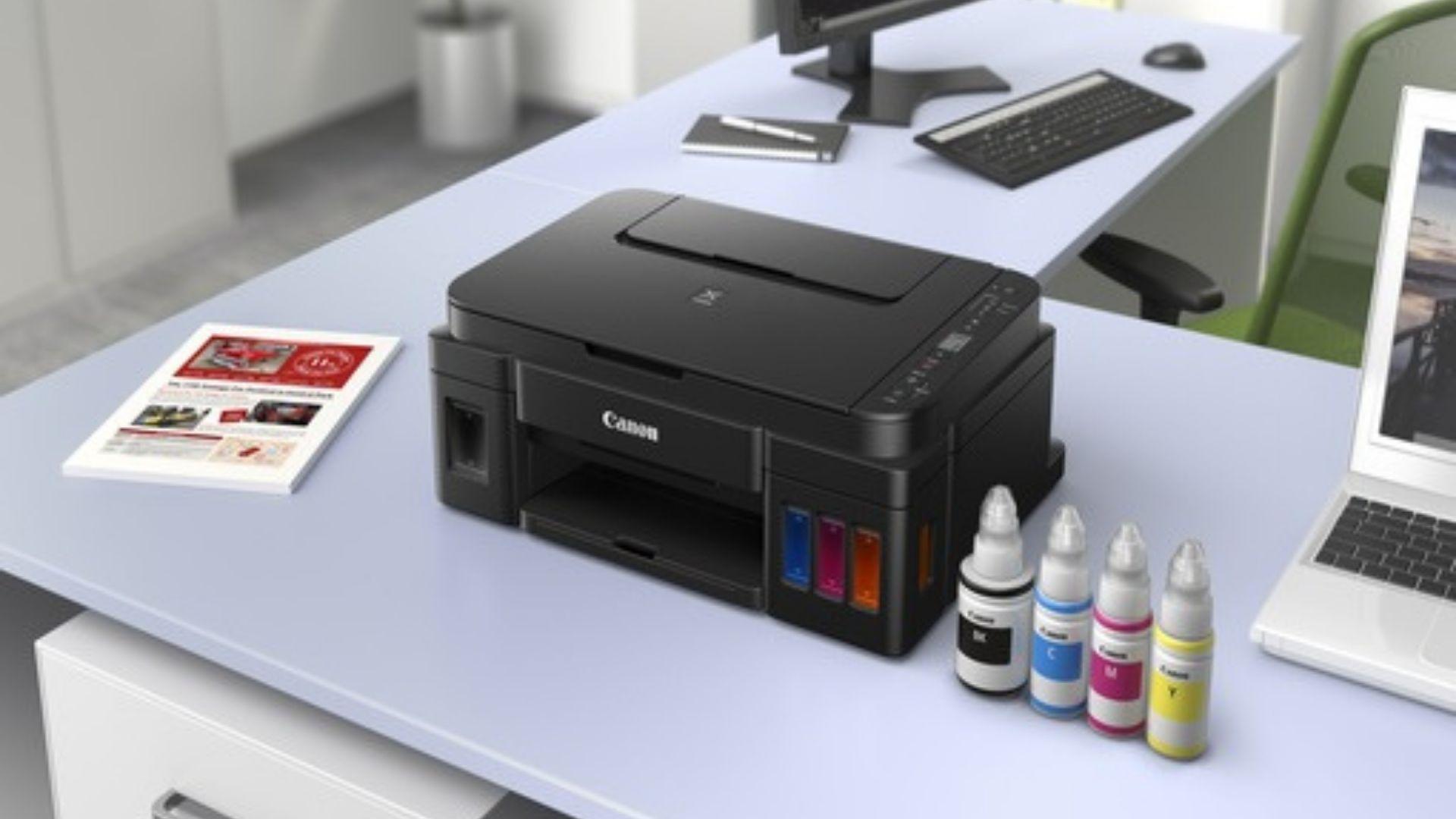 A Canon G3111 é abastecida com garrafas de tinta, o que torna o modelo mais econômico tanto no consumo quanto nas recargas.