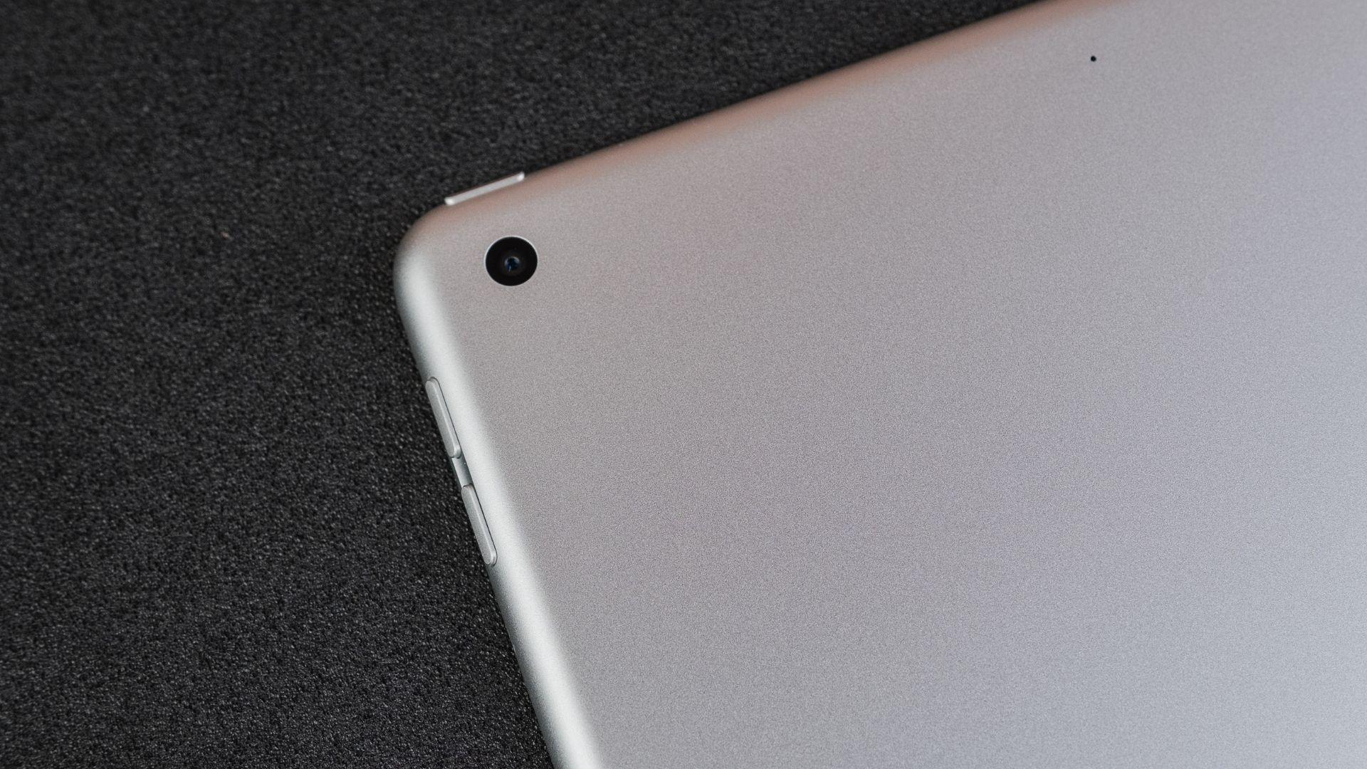 iPad 8ª geração tem câmera traseira discreta de apenas 8 MP (Foto: Zoom)