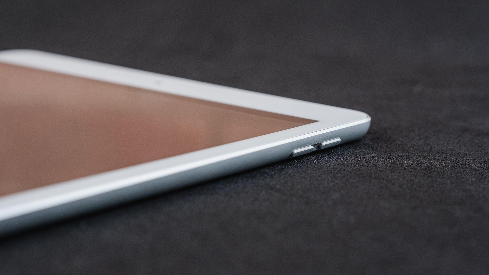 Detalhe dos botões laterais do iPad 8ª geração (Foto: Zoom)