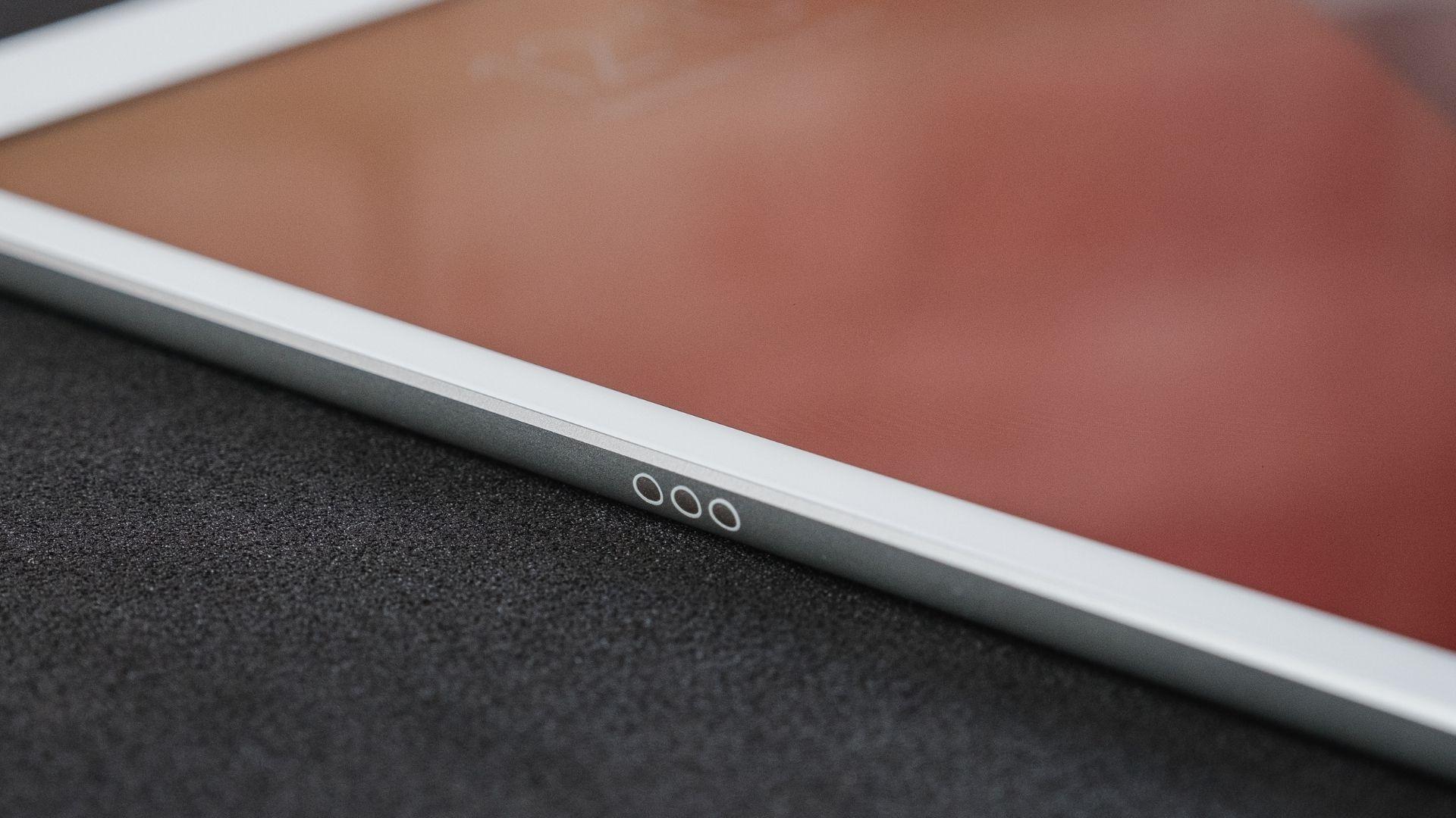 iPad 8ª geração tem conector lateral para Smart Keyboard (Foto: Zoom)