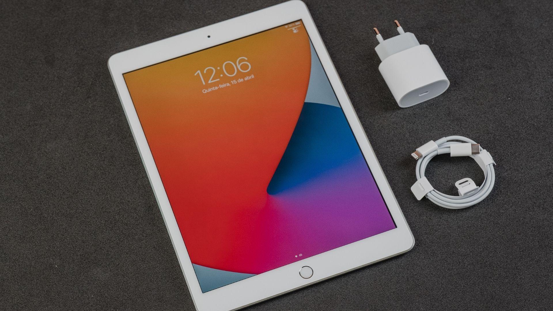 iPad 8ª geração vem apenas com acessórios para recarregar (Foto: Zoom)