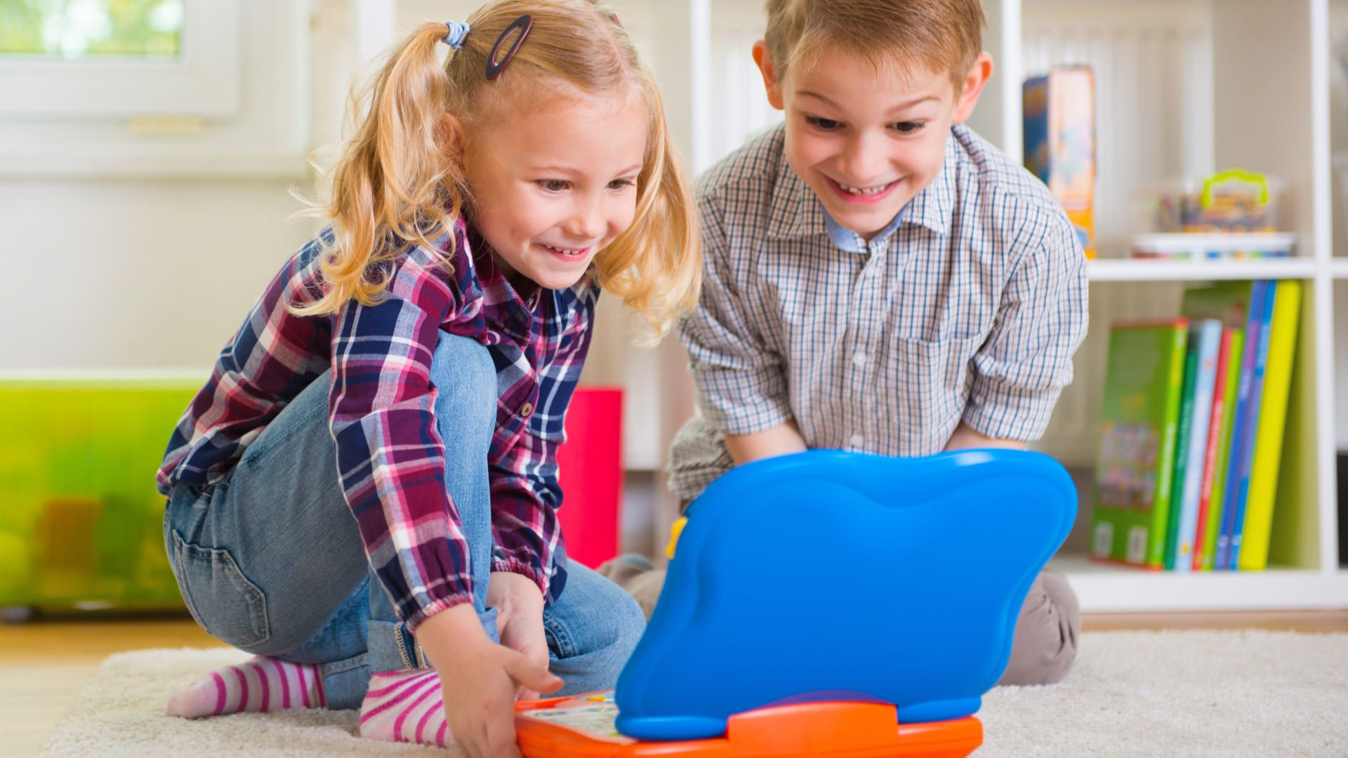 Notebook infantil chama atenção da criança e pode ser educativo, além de divertido (Fonte: Shutterstock)