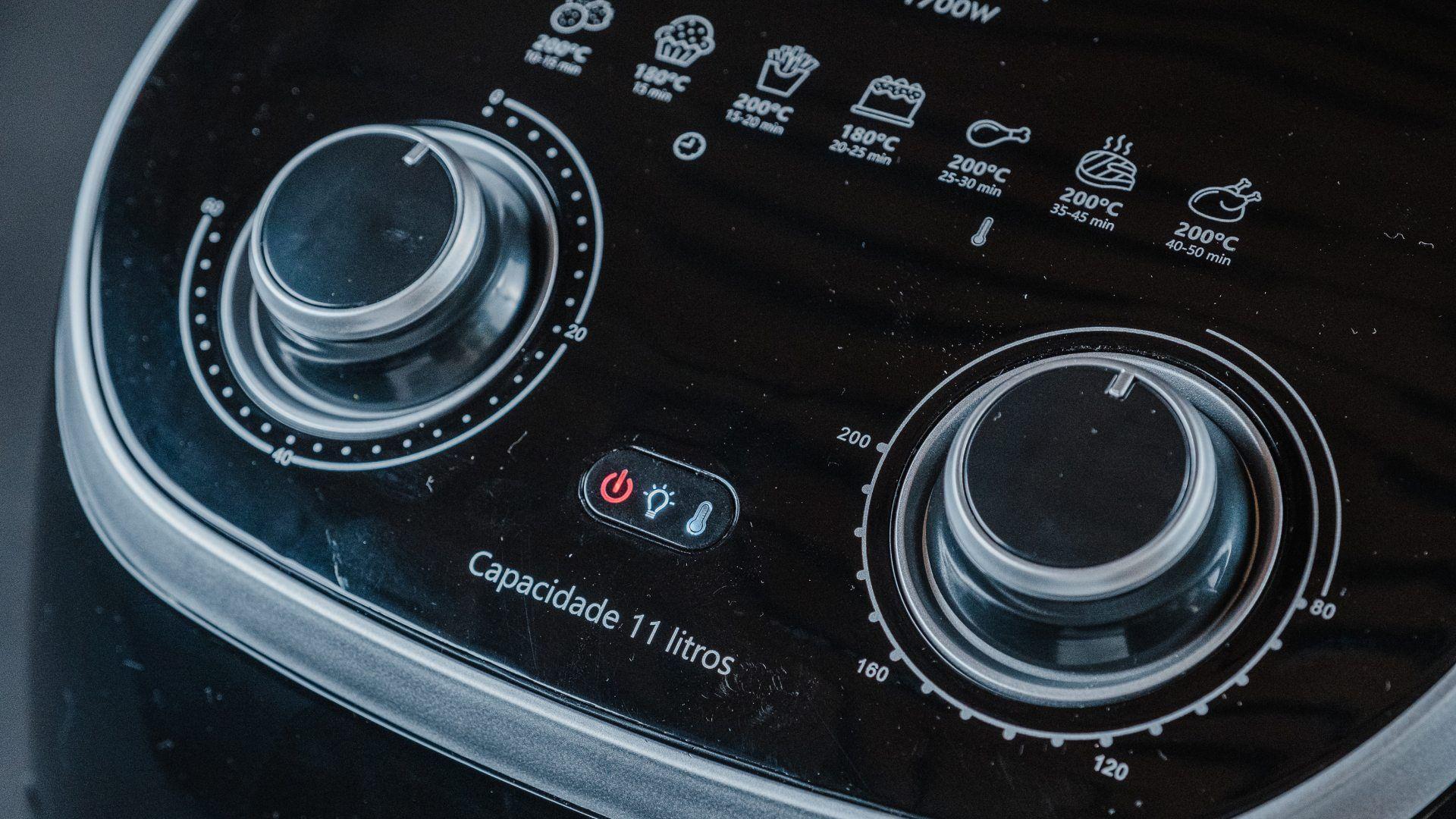Os botões da Air Fryer Philco Oven são bem sinalizados e fáceis de usar (Foto: Zoom)