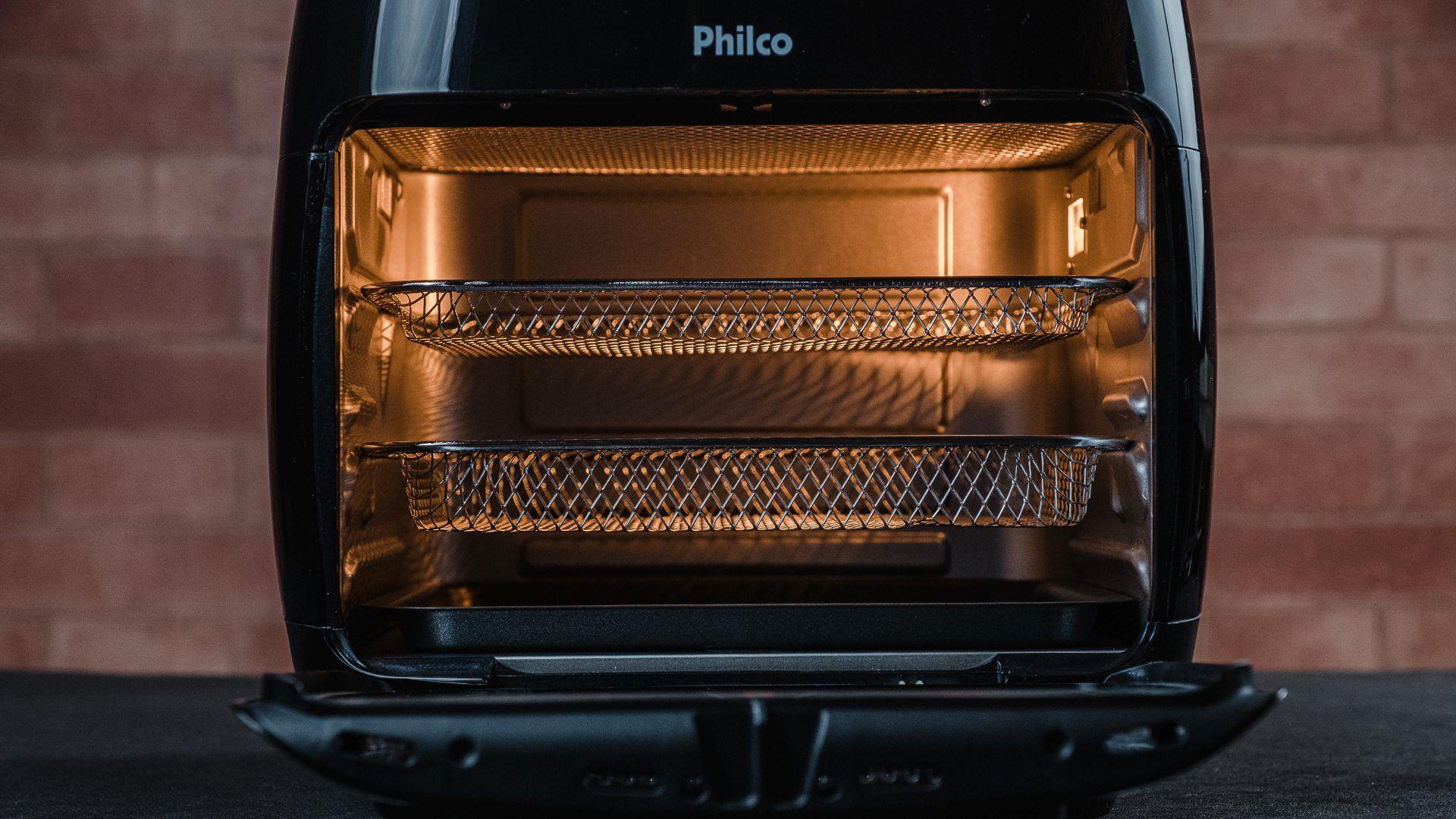 Você pode usar a Air Fryer Oven Philco com uma, duas ou três assadeiras ao mesmo tempo (Foto: Zoom)