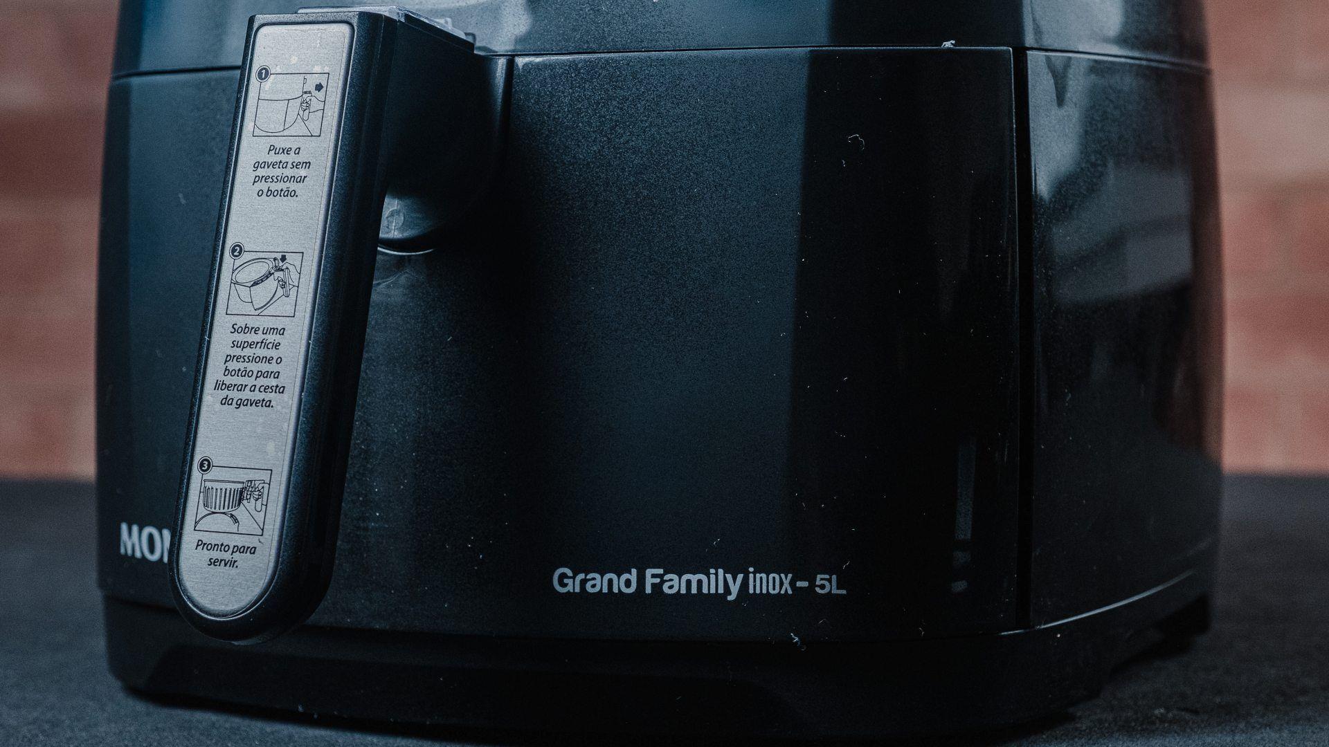 O cabo dessa airfryer Mondial é antitérmico e fácil de manusear (Foto: Zoom)
