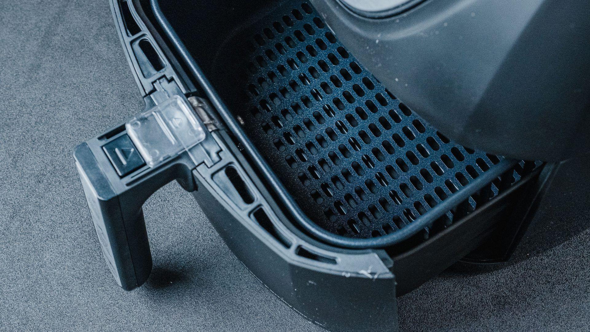 Detalhe da cesta de antiaderente da airfryer Mondial Grand Family Inox (Foto: Zoom)