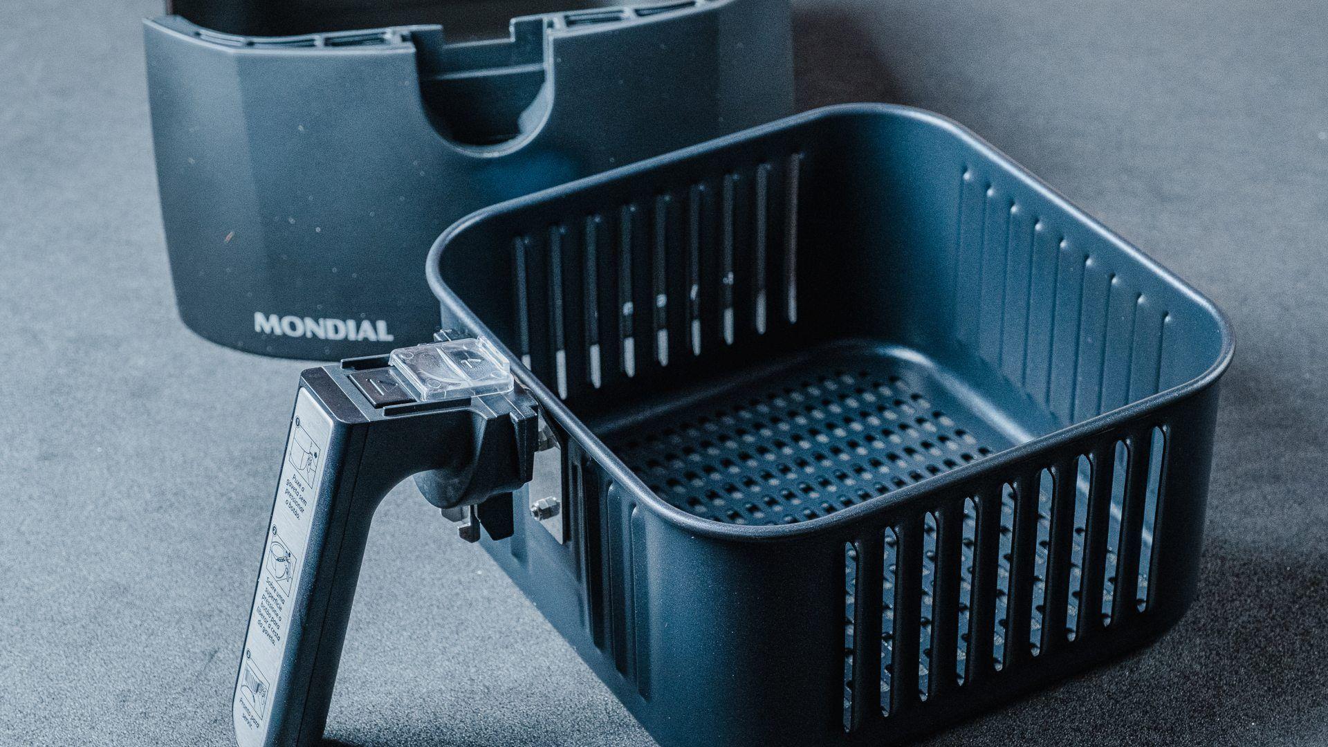 A Airfryer Mondial Grand Family vai com a cesta, a cuba e um livrinho de receitas (Foto: Zoom)