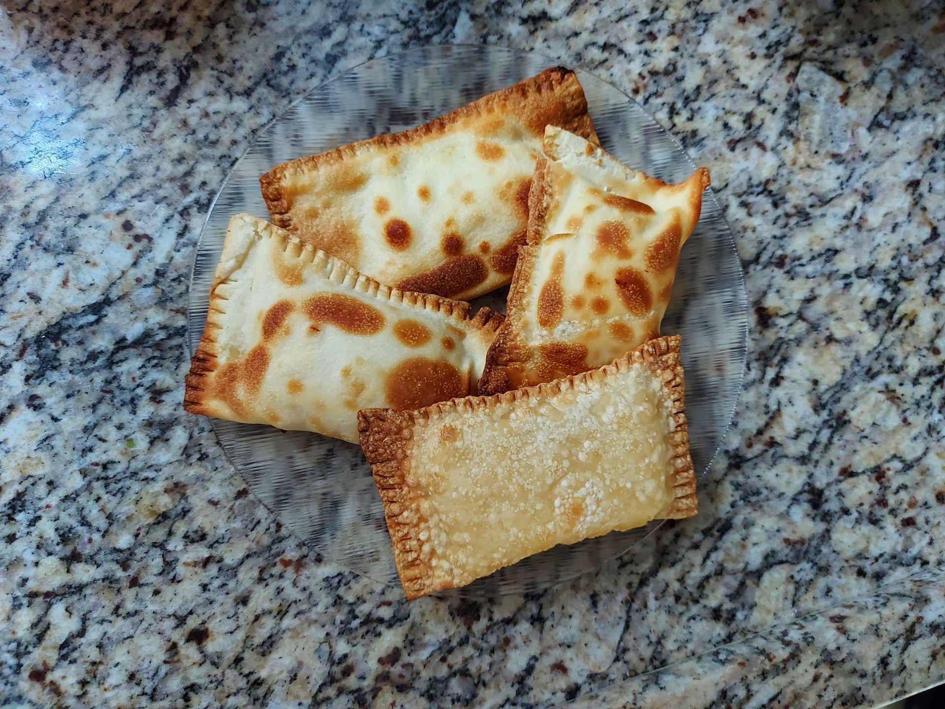 Os pasteis preparados na airfryer Mondial Grand Family Inox ficam mais sequinhos do que o normal (Foto: Ariel Cristina Borges)