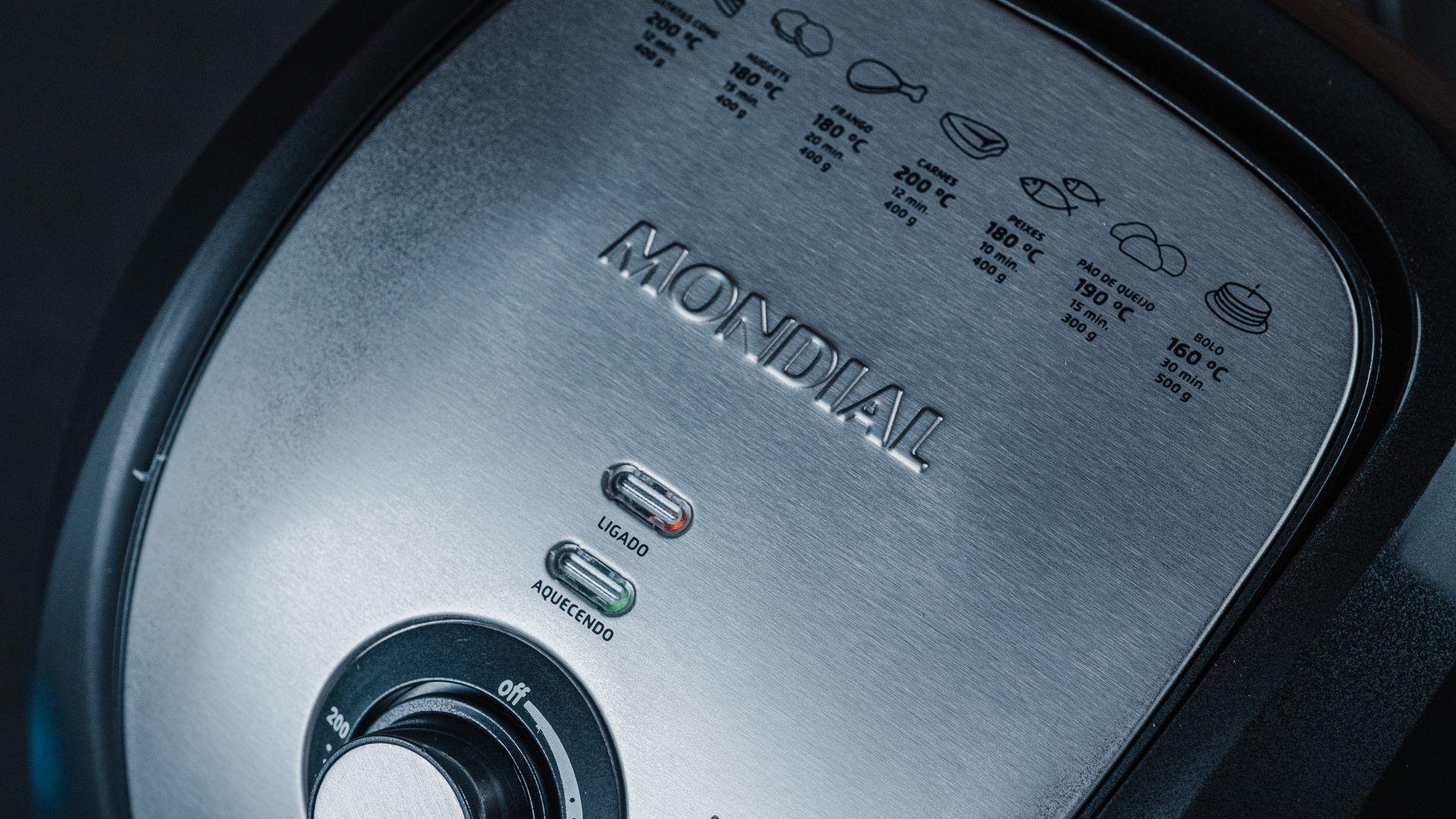 As luzes indicadoras da airfryer Mondial ficam acima dos botões seletores (Foto: Zoom)