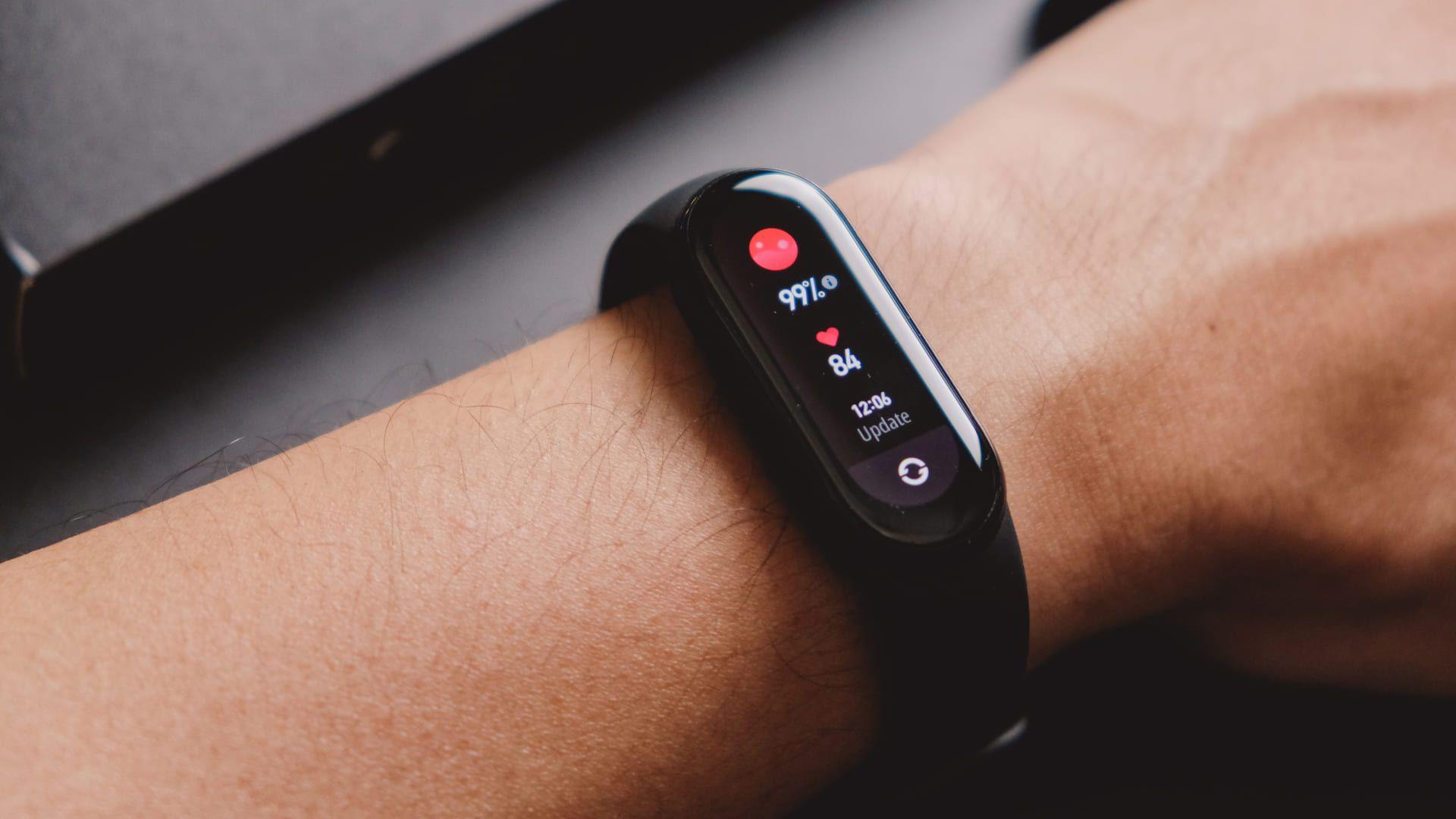 Mi Band 5 vs Mi Band 6: ambas contam com monitoramentos de saúde. (Foto: Shutterstock)