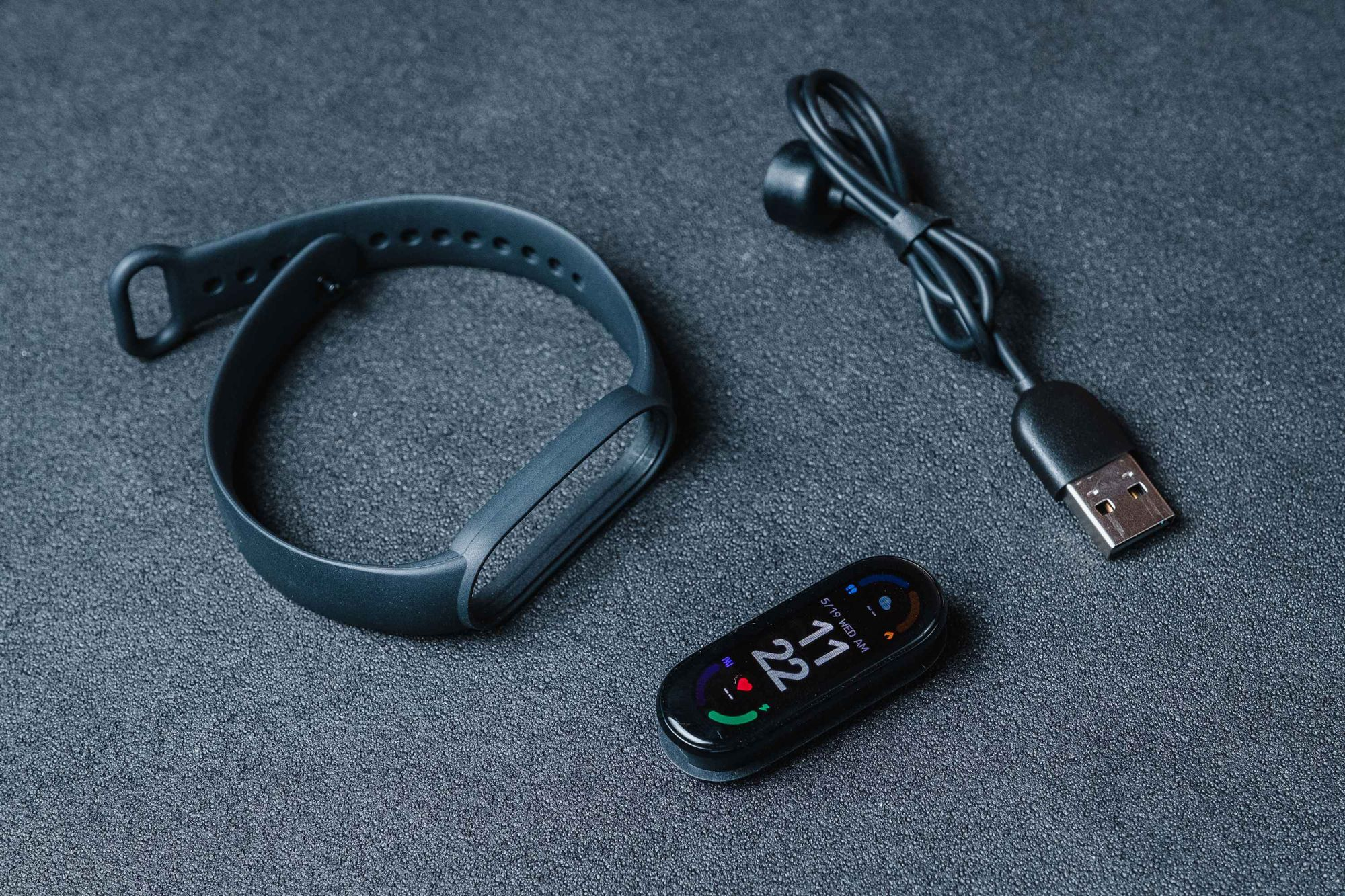 Mi Band 6 vem com smartband (ecrã e pulseira) e carregador magnético (Imagem: Zoom)