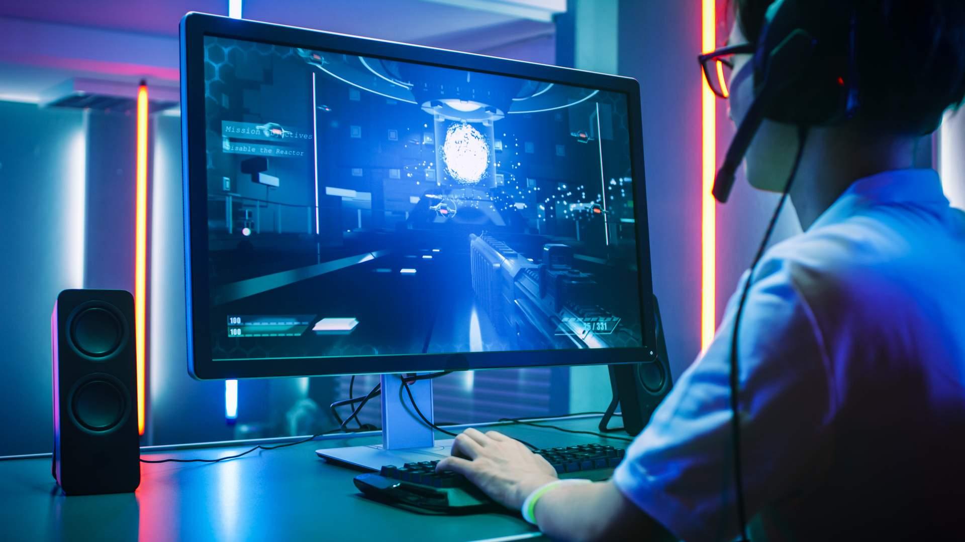Pessoa jogando game de tiro no monitor