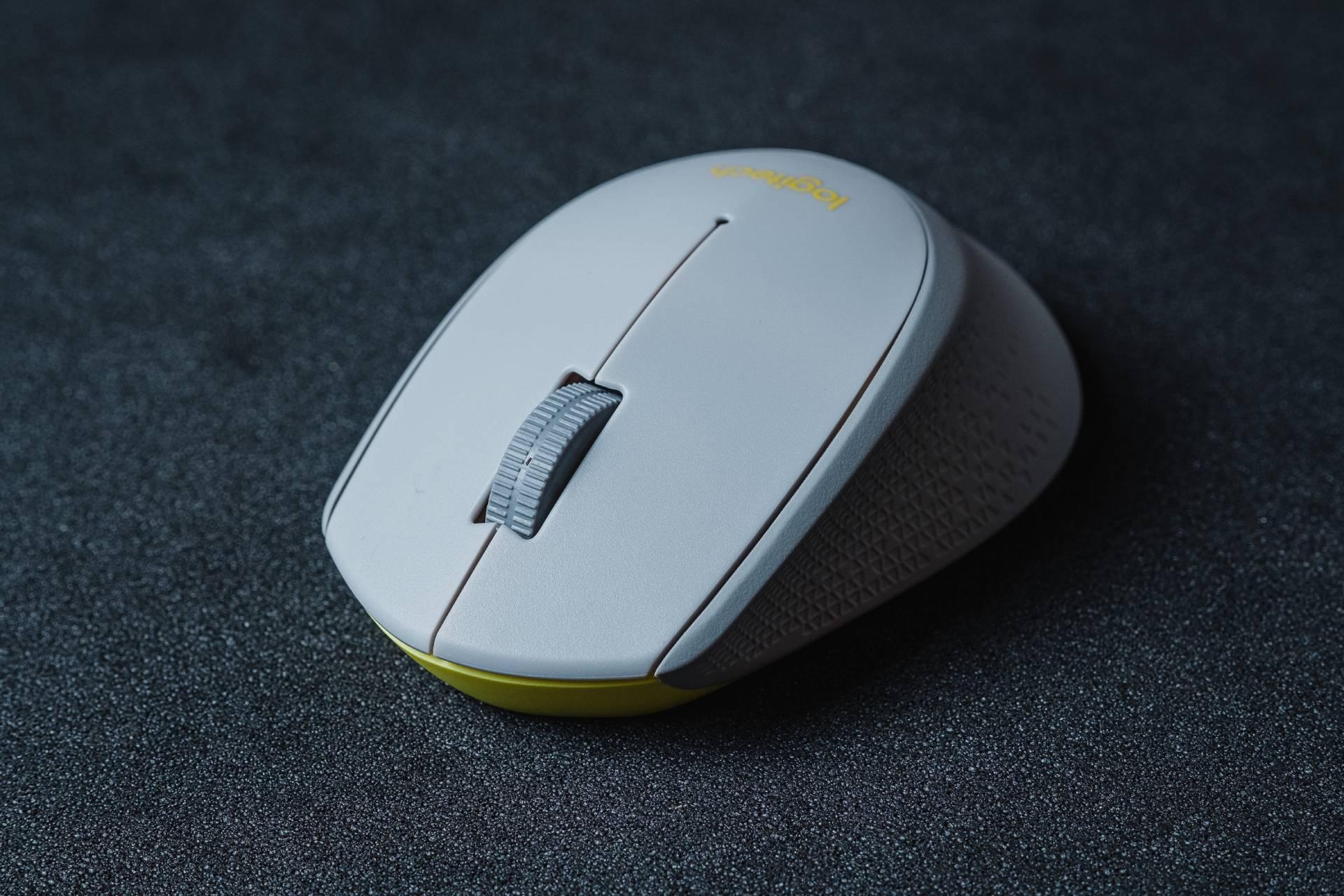 O mouse Logitech M280 não conta com botões extras, se atendo ao convencional