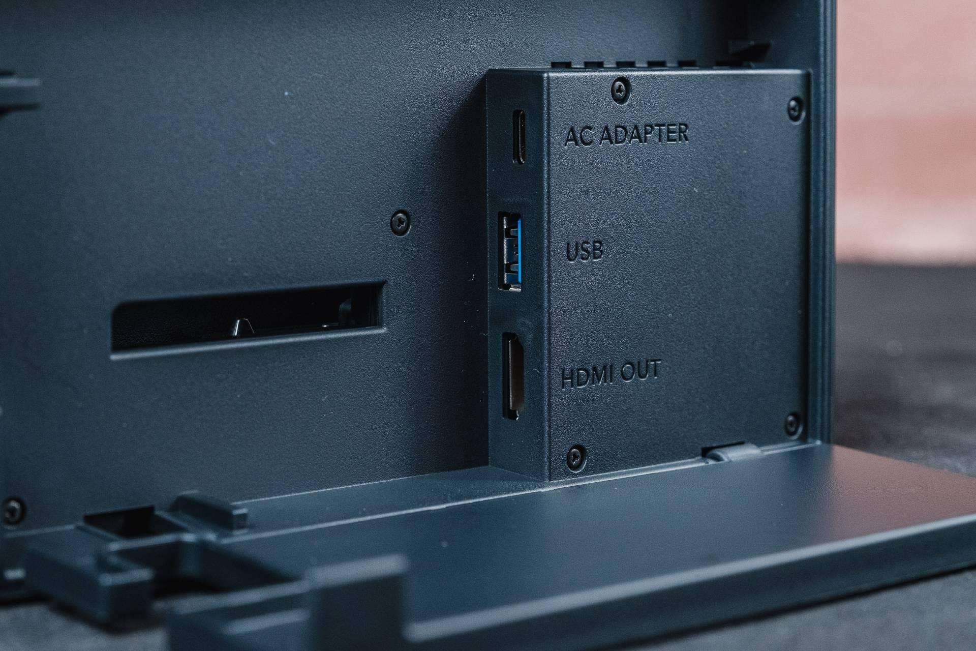 O console traz portas USB, HDMI e USB-C presente no carregador do Nintendo Switch, mas a entrada lateral complica um pouco a instalação