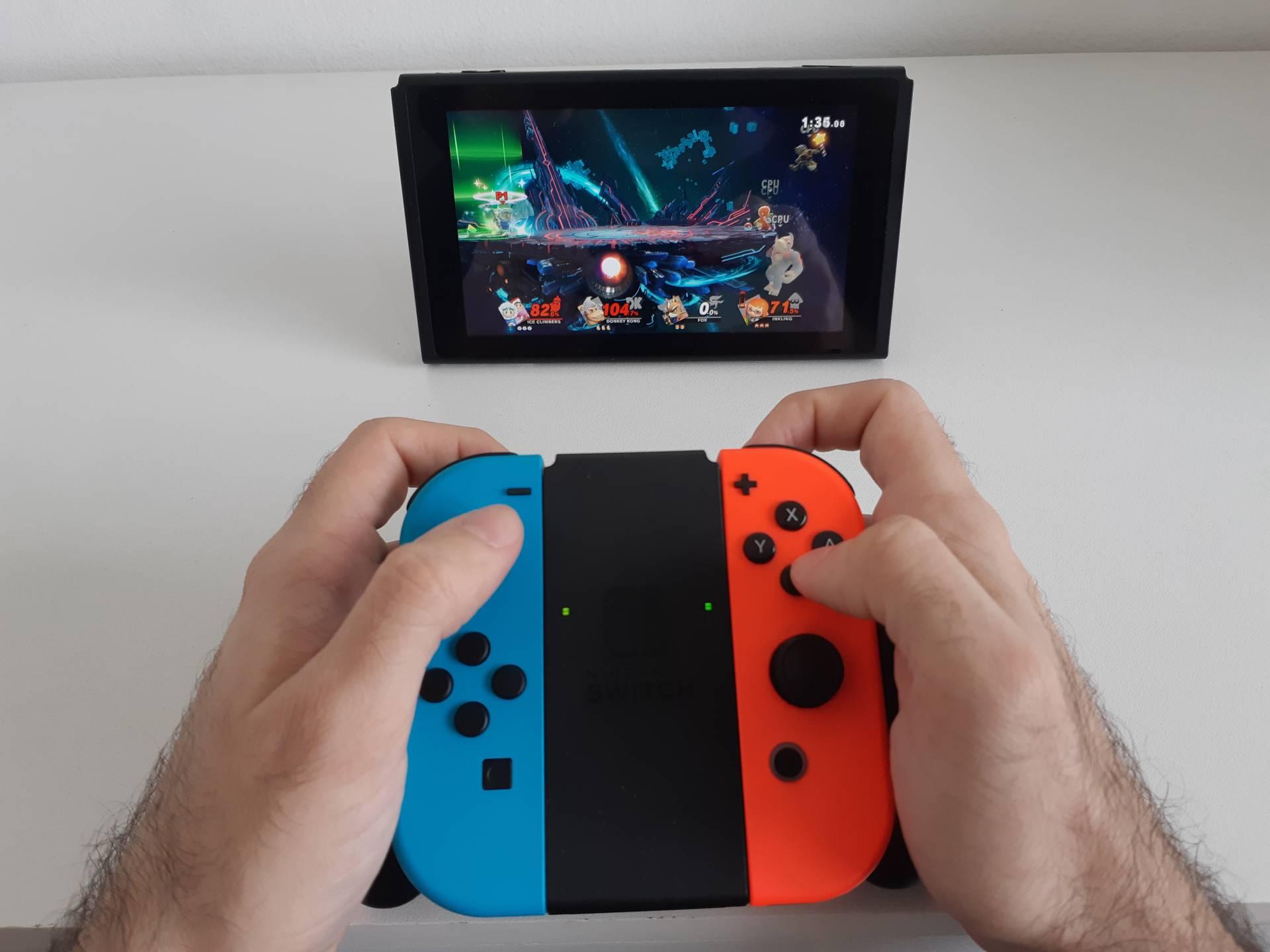 Você pode jogar em uma mesa ao abrir a aba que vem na parte de trás do Nintendo Switch
