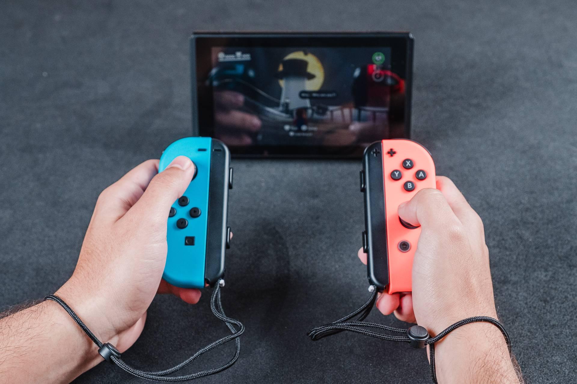 A tela em resolução HD quebra o galho na hora de jogar portátil, mas não recomendo para games mais grandiosos como The Legend of Zelda: Breath of the Wild