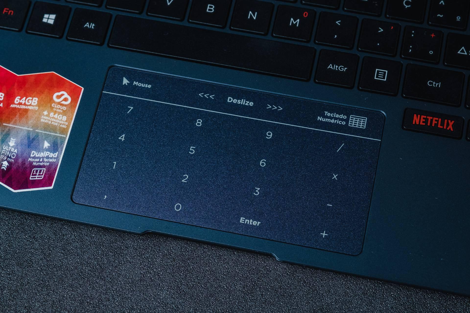 O trackpad serve tanto como mouse quanto como teclado numérico