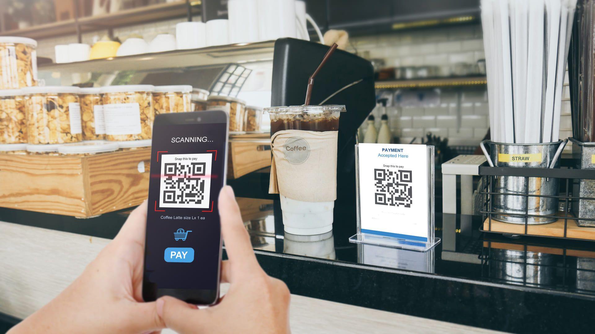 Uma das formas mais práticas de realizar pagamentos em estabelecimentos é utilizando o QR Code. (Foto: Shutterstock)
