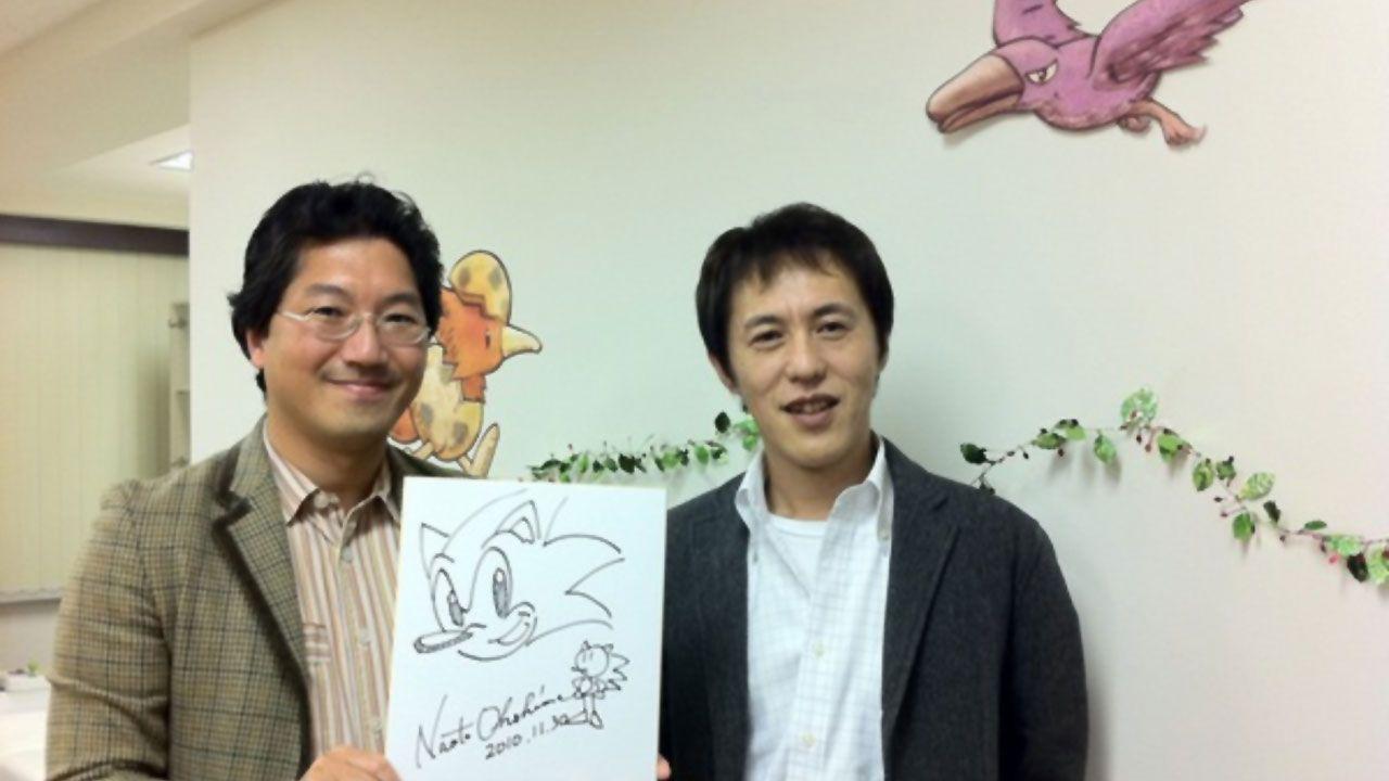 Os criadores de Sonic, Yuji naka (esquerda) e Naoto Ohshima (direita) com um desenho do personagem (Reprodução: Blog Tec Toy