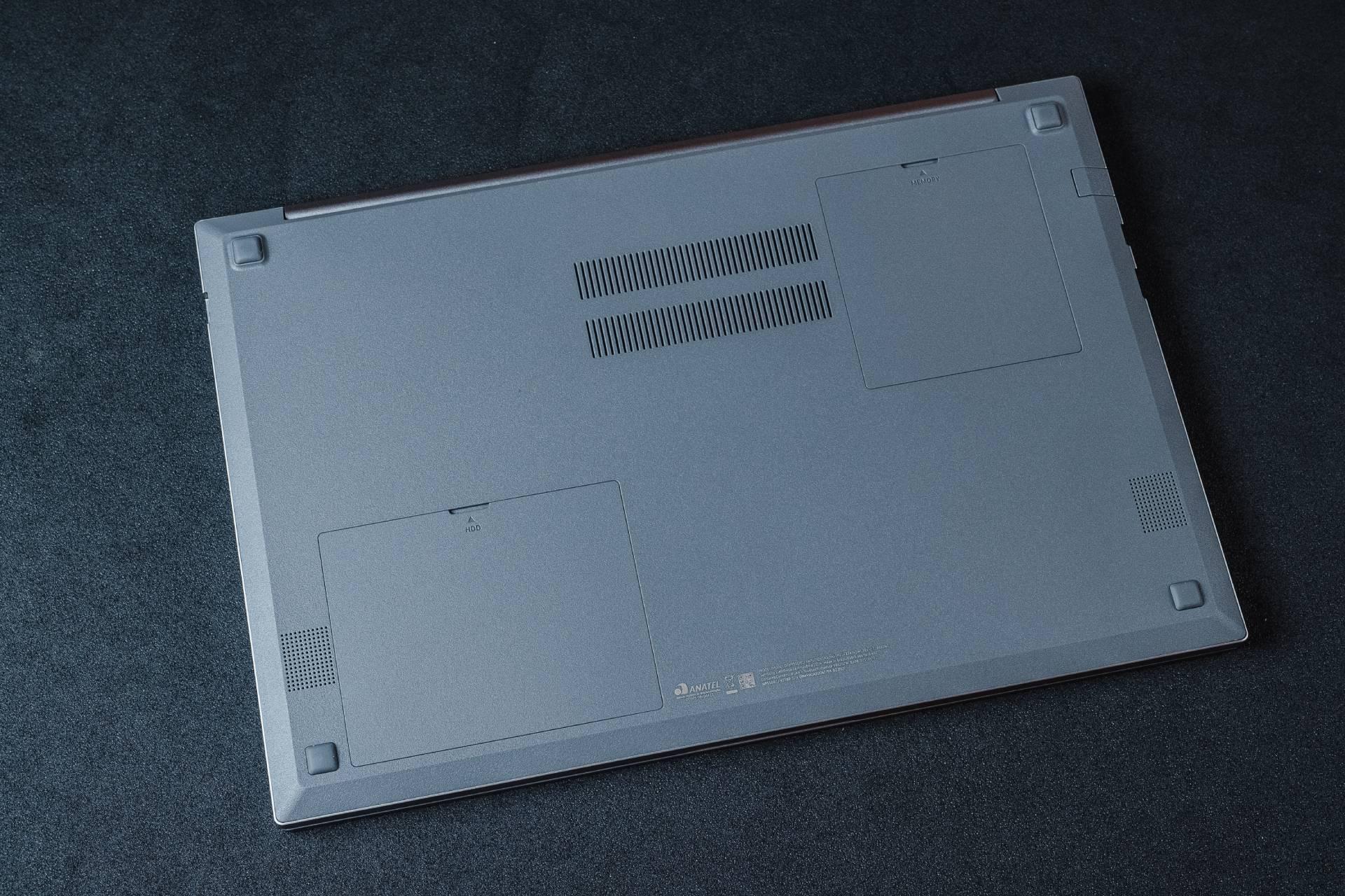 As portas da parte inferior facilitam o acesso ao HD e memória RAM. Você pode trocar ou incluir mais peças sem perder a garantia do Samsung Book X30