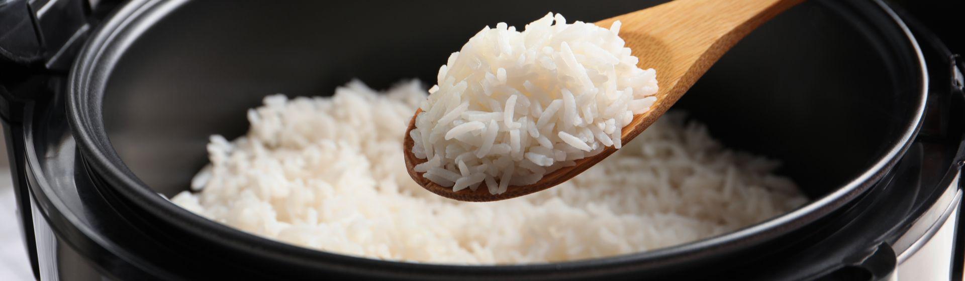 Como fazer arroz na panela elétrica?
