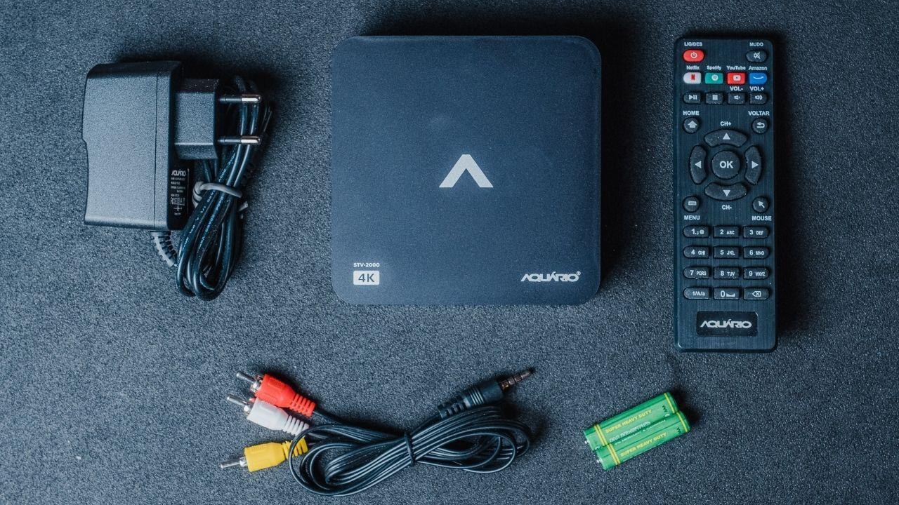 A TV Box Aquário 4K vem com controle remoto, cabo de energia, cabos AV e HDMI e duas pilhas AAA (Foto: Zoom)