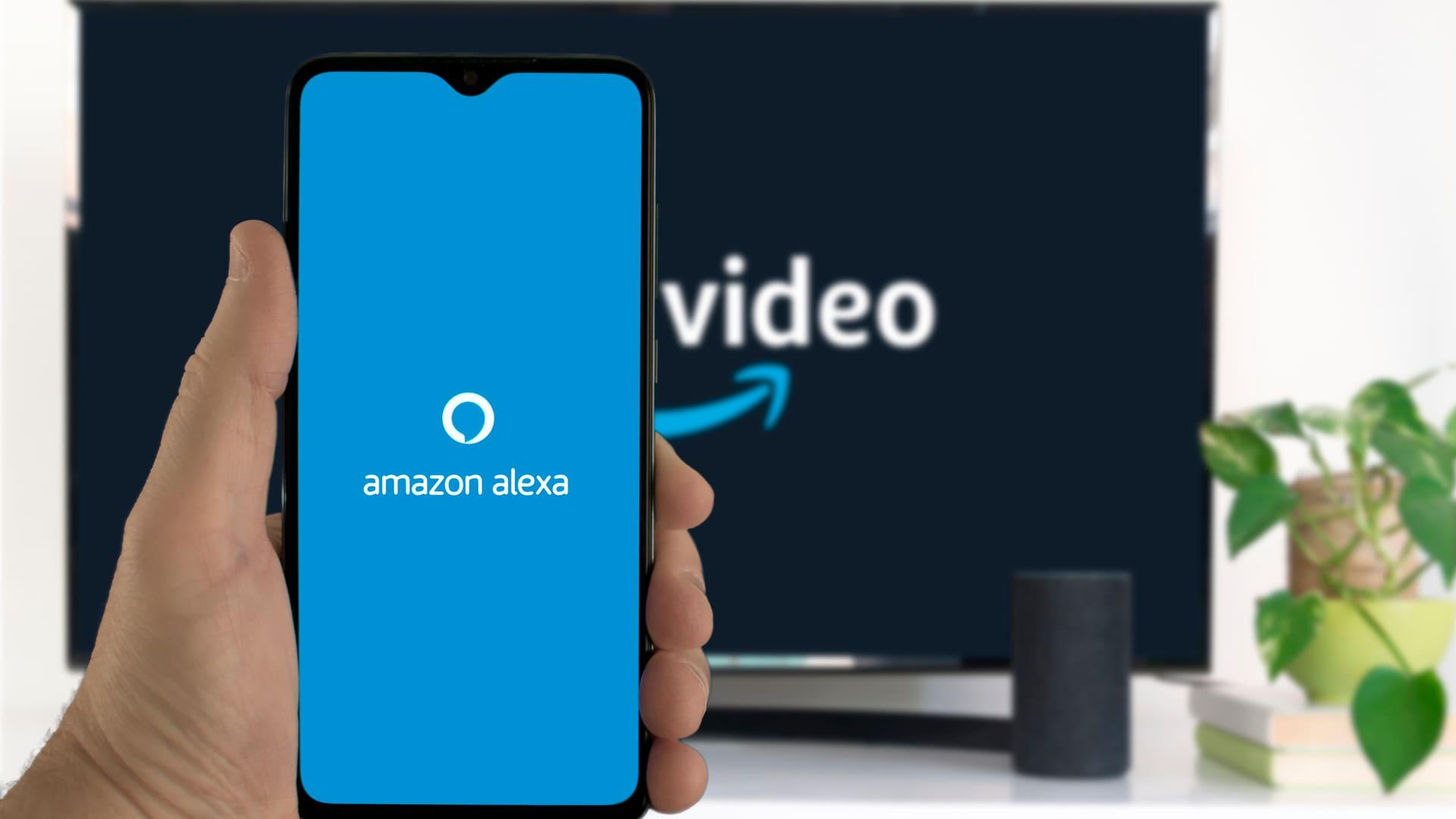 A Alexa é a assistente virtual da Amazon, um dos serviços oferecidos por TVs com inteligência artificial. (Imagem: Reprodução/Shutterstock)
