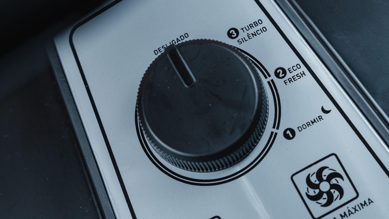 O ventilador Arno VF30 tem três velocidades (Foto: Zoom)