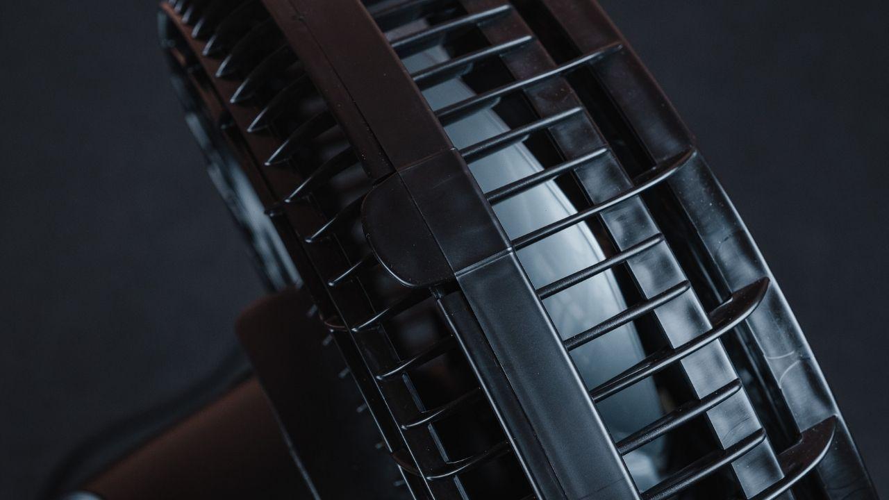 A grade removível facilita a limpeza do ventilador de mesa Arno (Foto: Zoom)