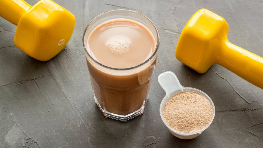 O Whey Protein é comumente usado para o ganho de massa muscular (Imagem: Reprodução/Shutterstock)