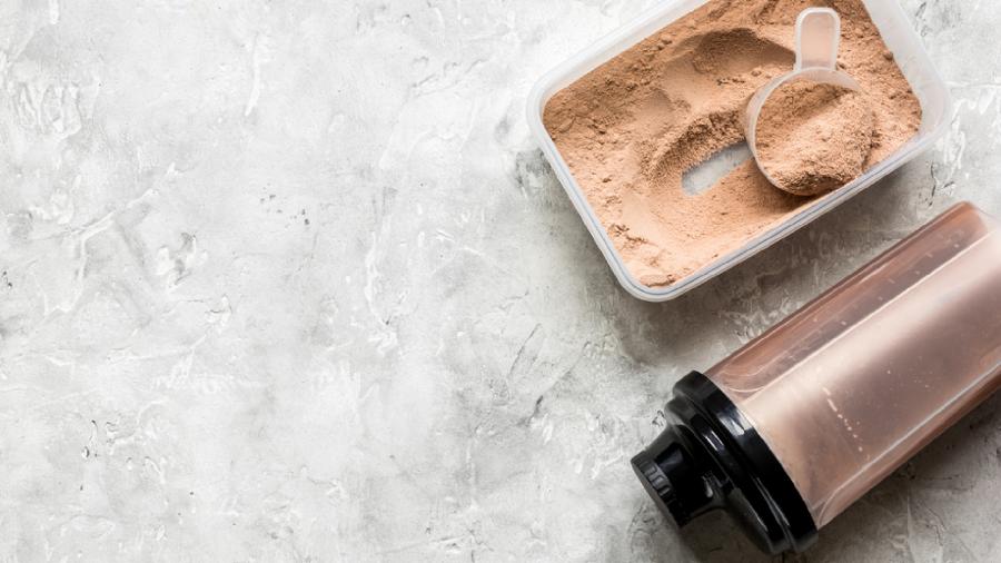O Whey Protein serve para diversos benefícios, como emagrecimento, nutrição e ganho de massa muscular (Imagem: Reprodução/Shutterstock)