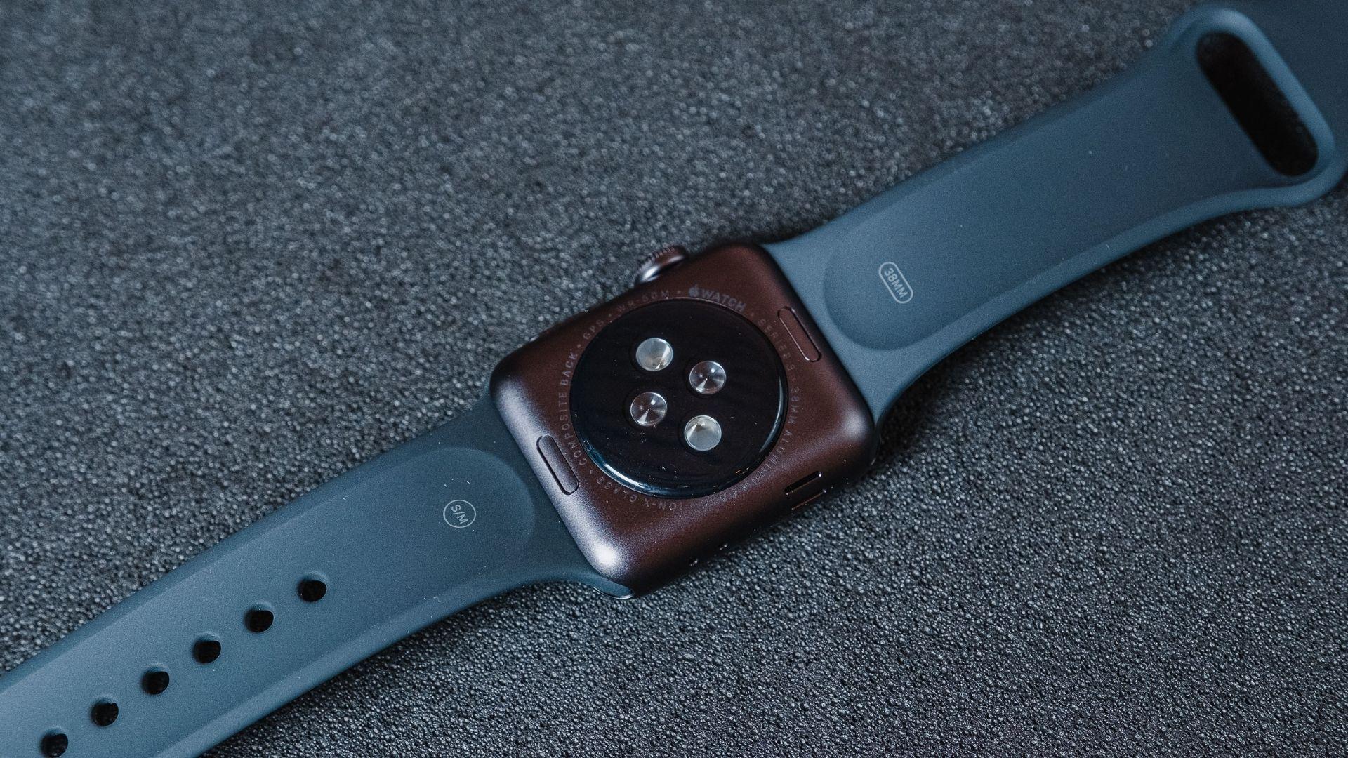 Parte interna do Apple Watch 3 com os sensores em um fundo cinza