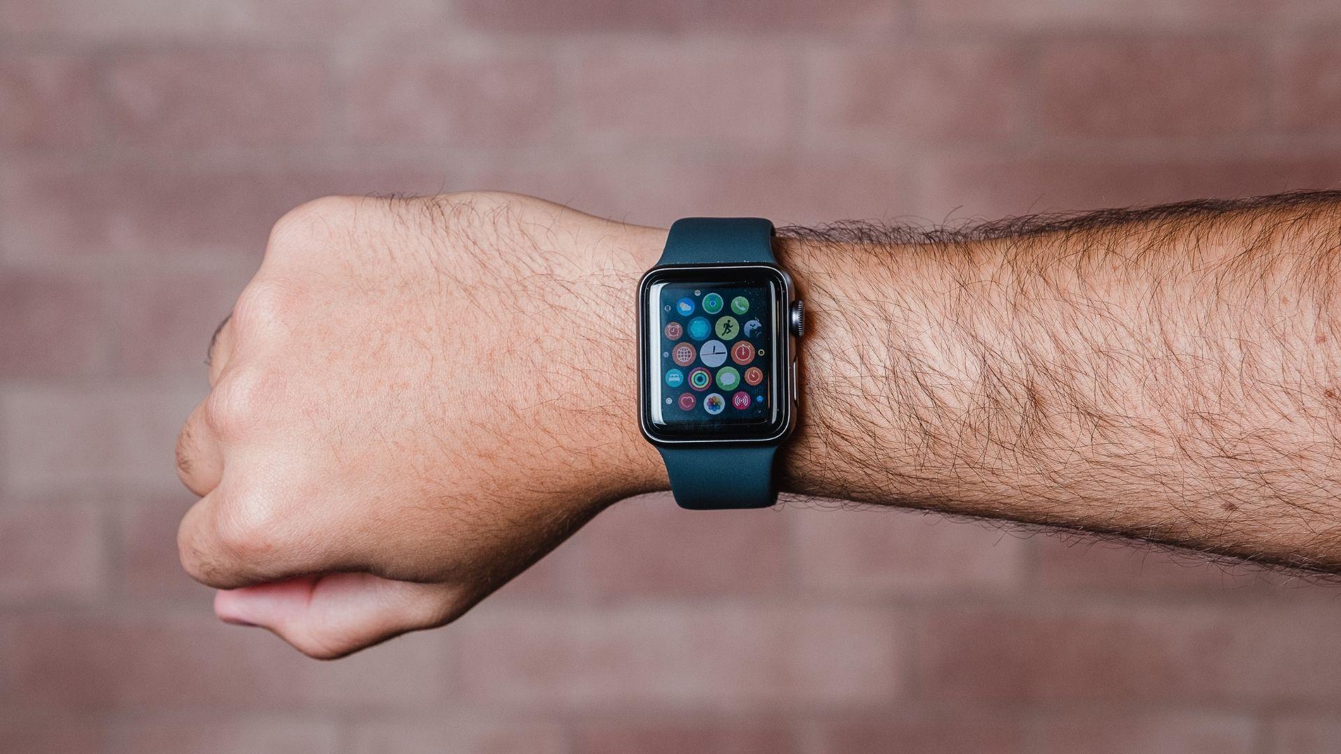 Apple Watch 3 com a tela acesa no pulso de um homem