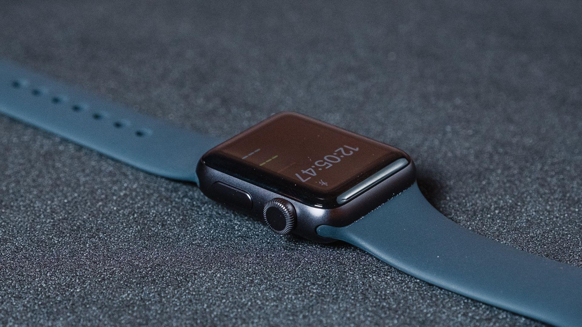 Apple Watch 3 de lado em um fundo cinza mostrando a coroa digital e o botão