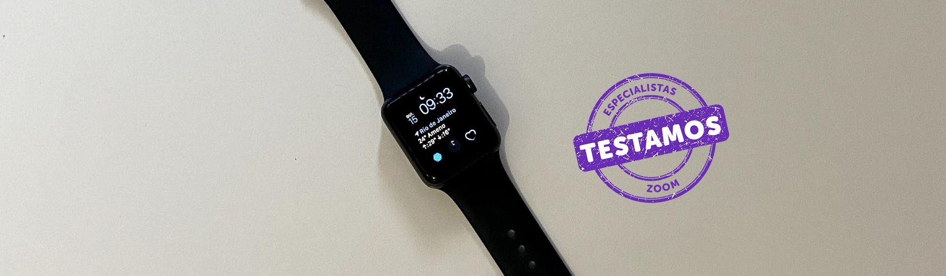 Apple Watch 3 preto com tela acesa e pulseira preta