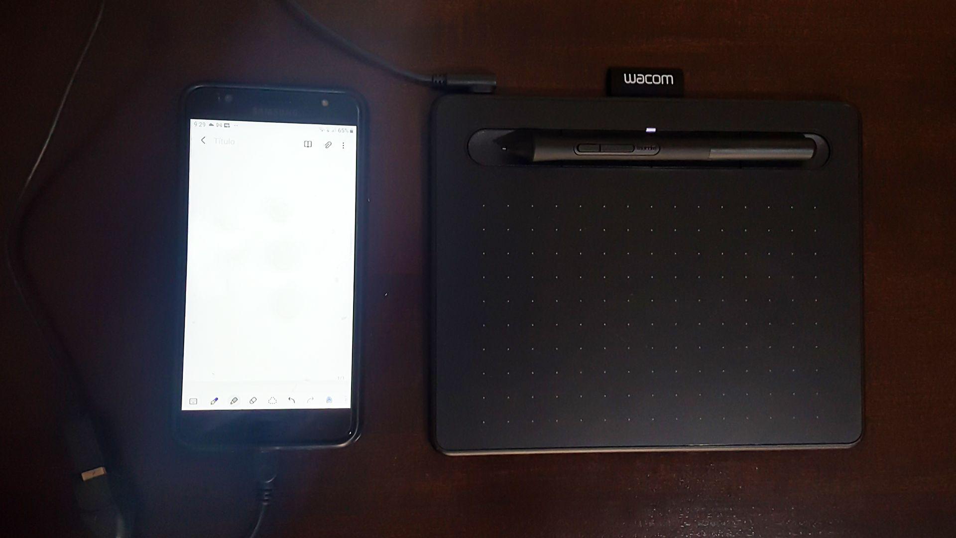 Botões da mesa gráfica servem de apoio para a caneta (Foto: Isabel Marlasca/Zoom)