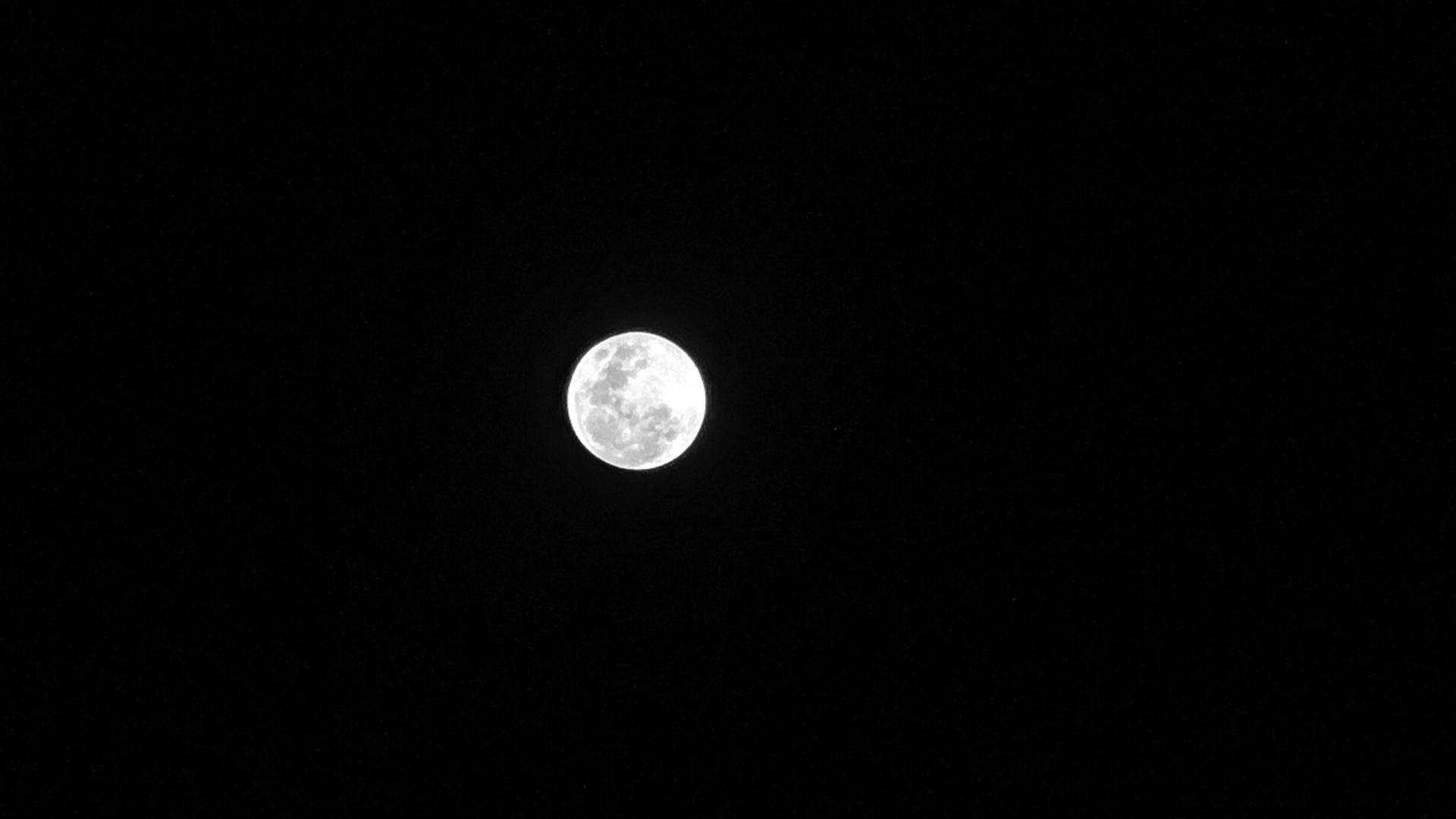 Câmeras de celular: foto da lua tirada da periscópio do Huawei P30 Pro (Foto: Shutterstock)