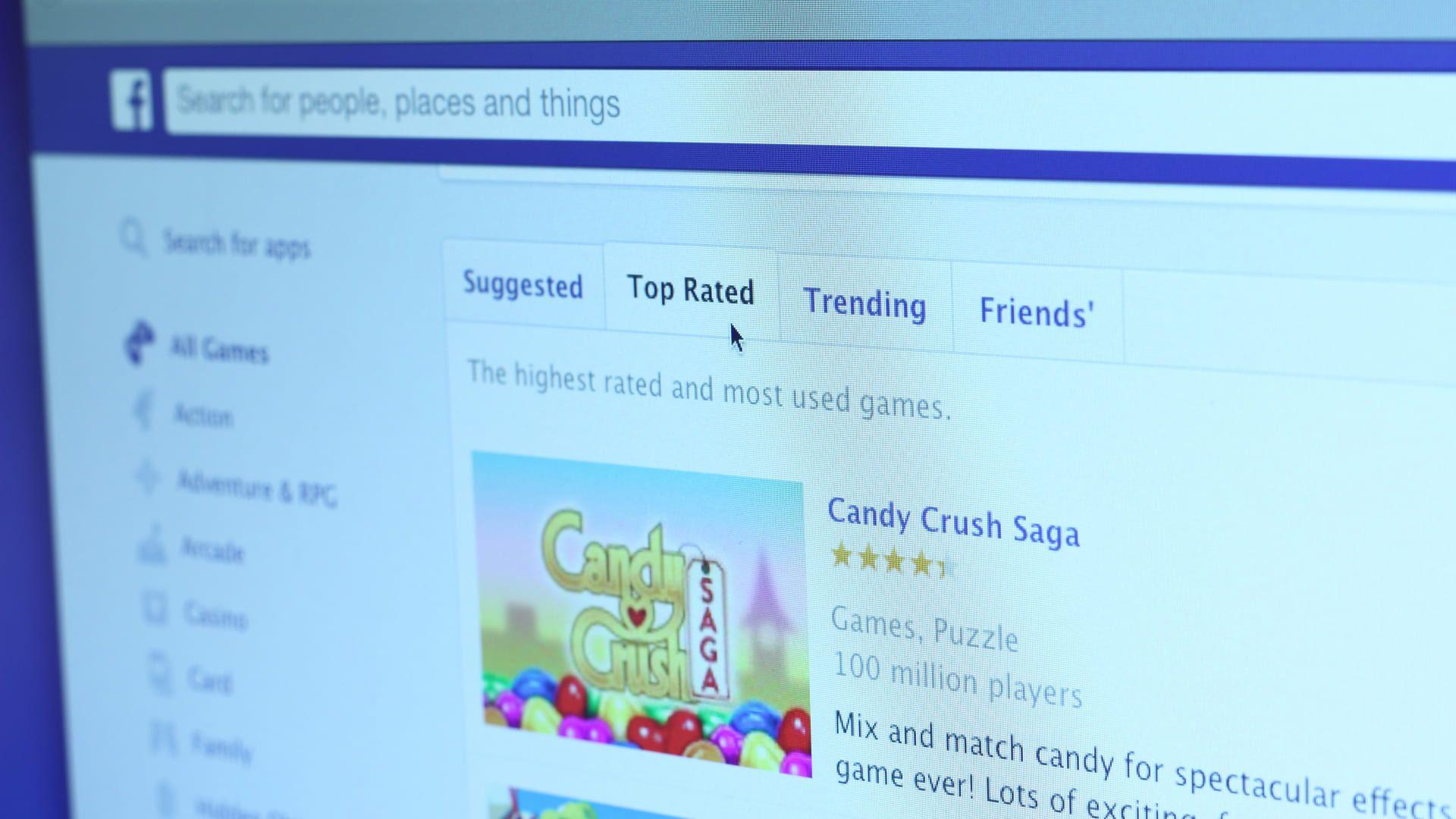 Tela de computador em página do Facebook com Candy Crush Saga em destaque