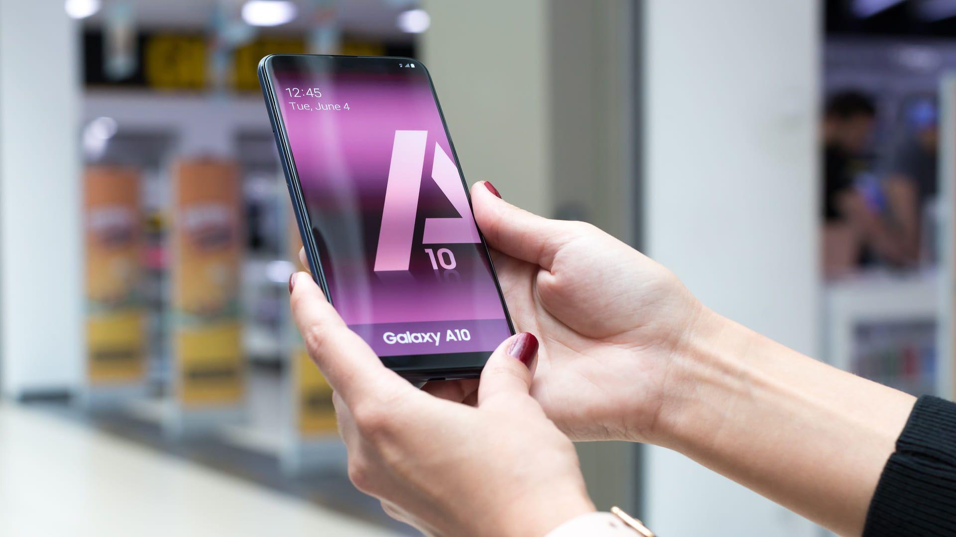 Duas mãos segurando o celular Samsung 32GB do modelo Galaxy A10