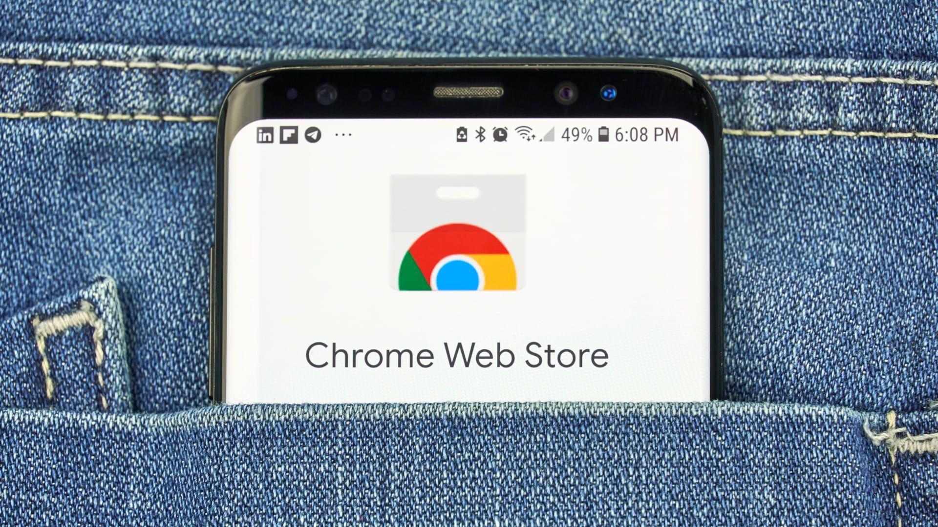 Foto mostra celular dentro de bolso de calça jeans mostrando aplicarico da Chrome Web Store