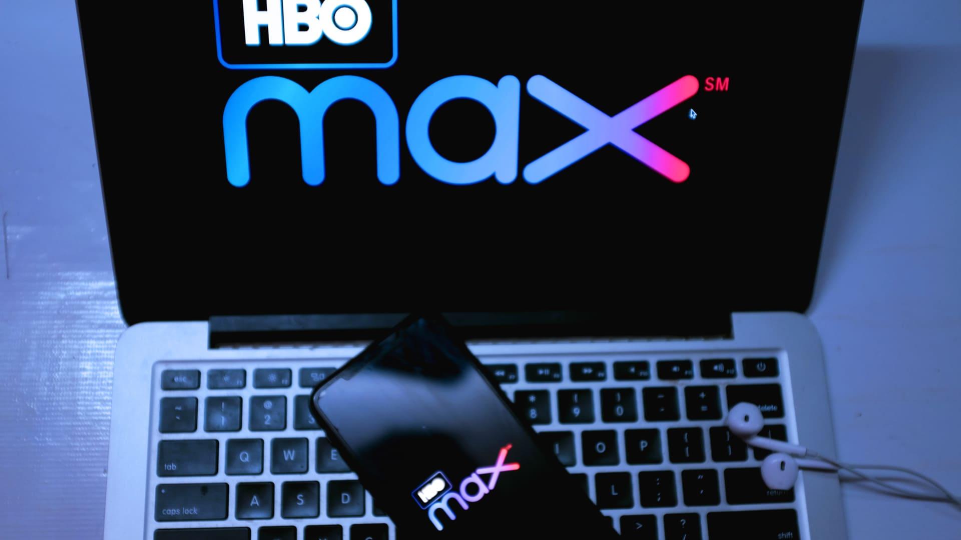 Logomarca do HBO Max na tela de um celular e de um notebook.