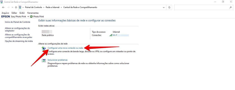 Tela do Windows com setas vermelhas apontando para a opção configurar uma nova conexão ou rede