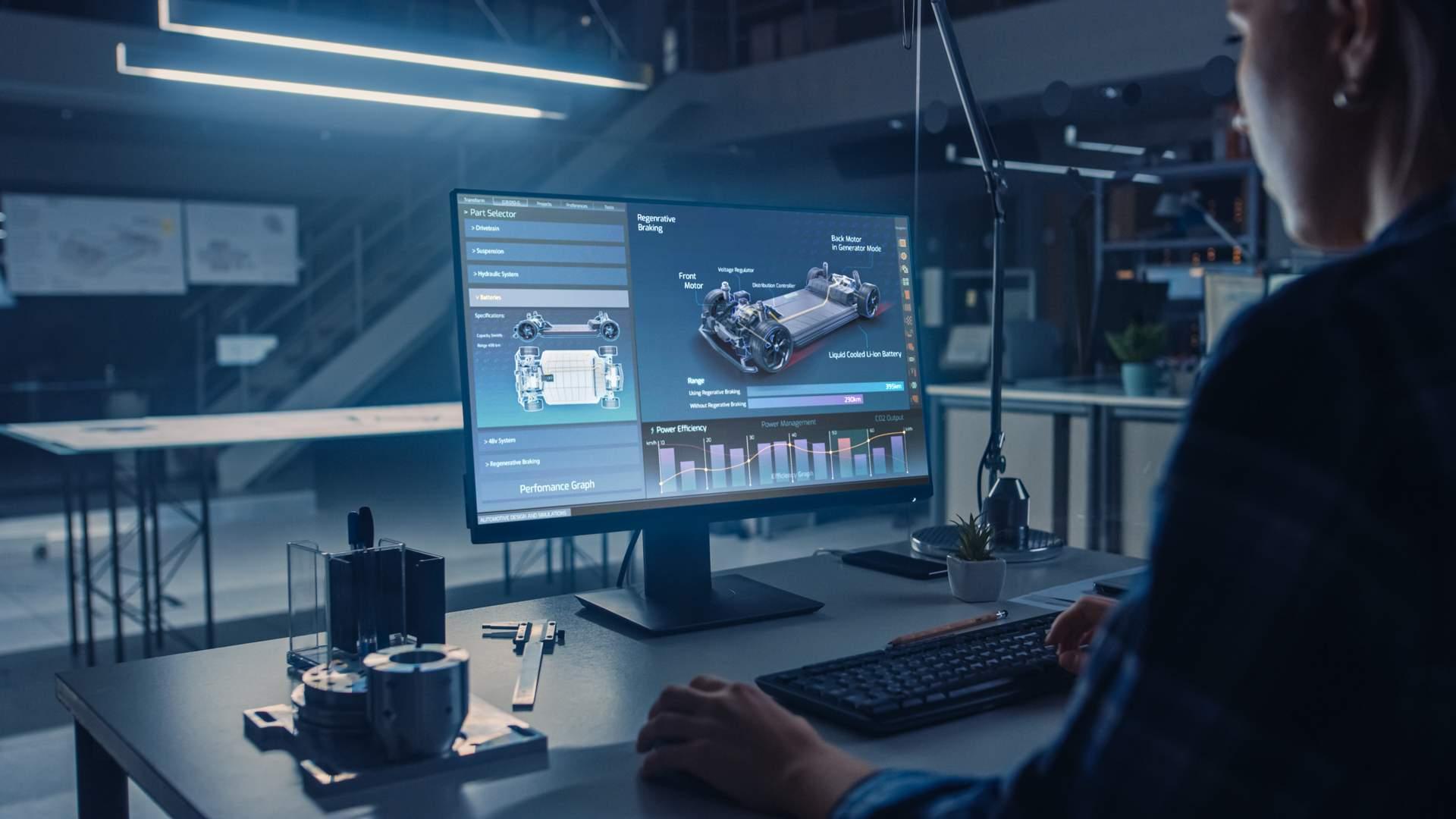 Mulher usando um computador completo de mesa em escritório