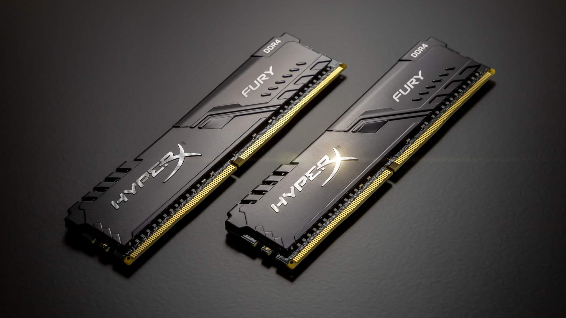 Duas placas de memória RAM da marca HyperX em uma mesa preta