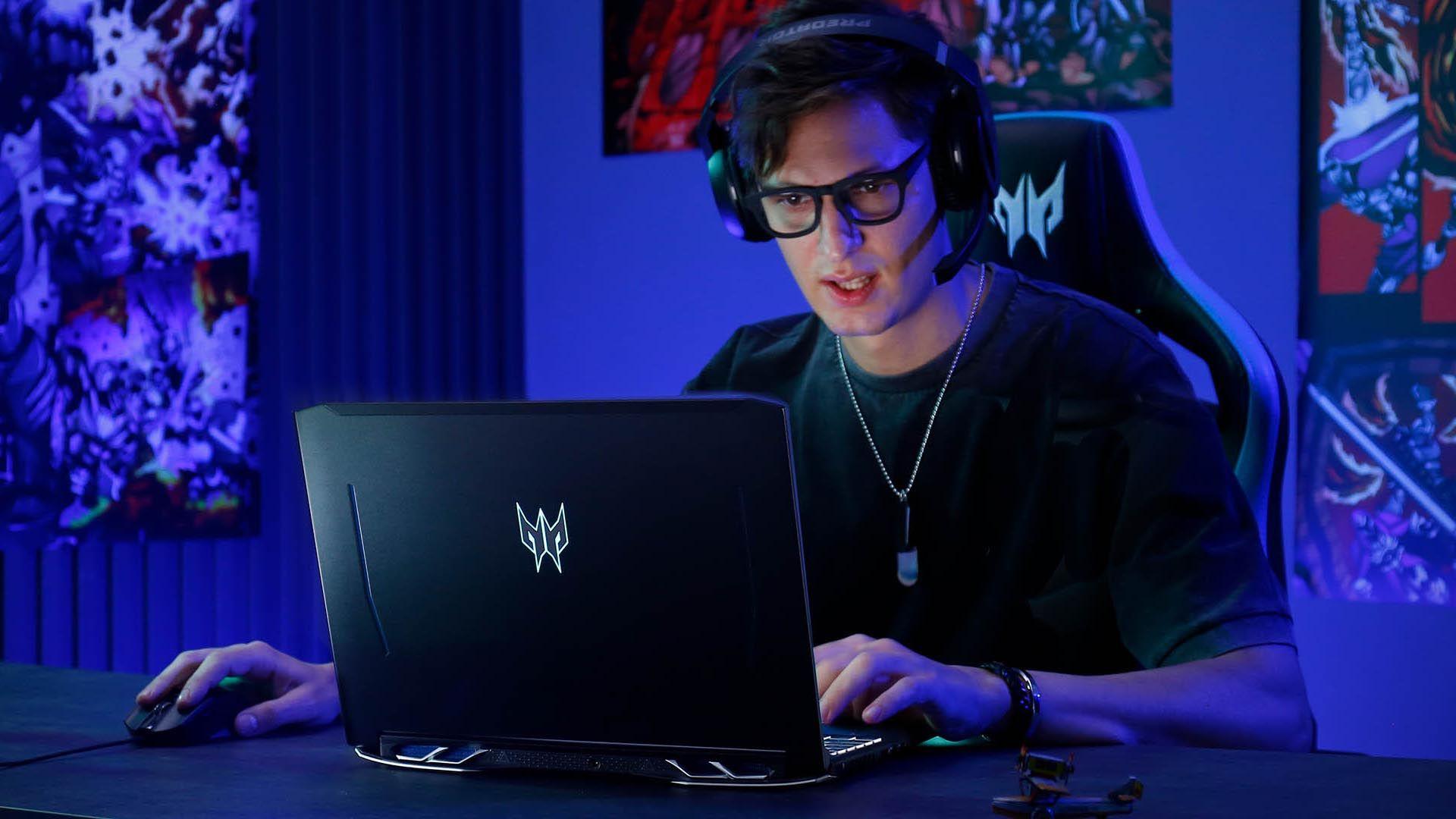 Homem jogando no Acer Predator Helios 300