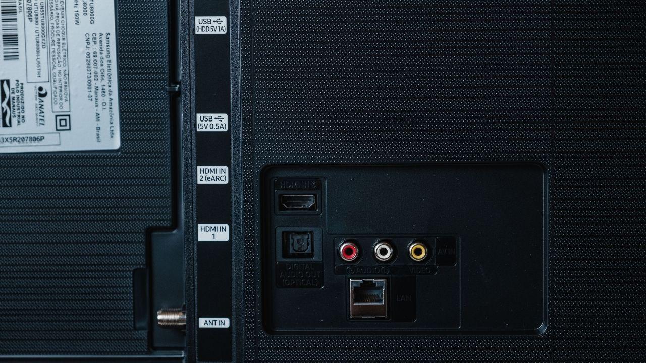 A Samsung TU8000 tem um grande número de conexões (Foto: Zoom)
