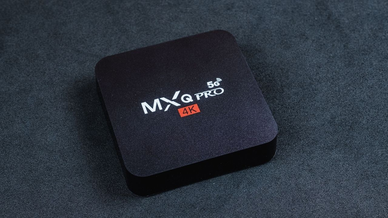 Compacta e discreta, a MXQ Pro 4K 5G tem um design básico e funcional (Foto: Zoom)