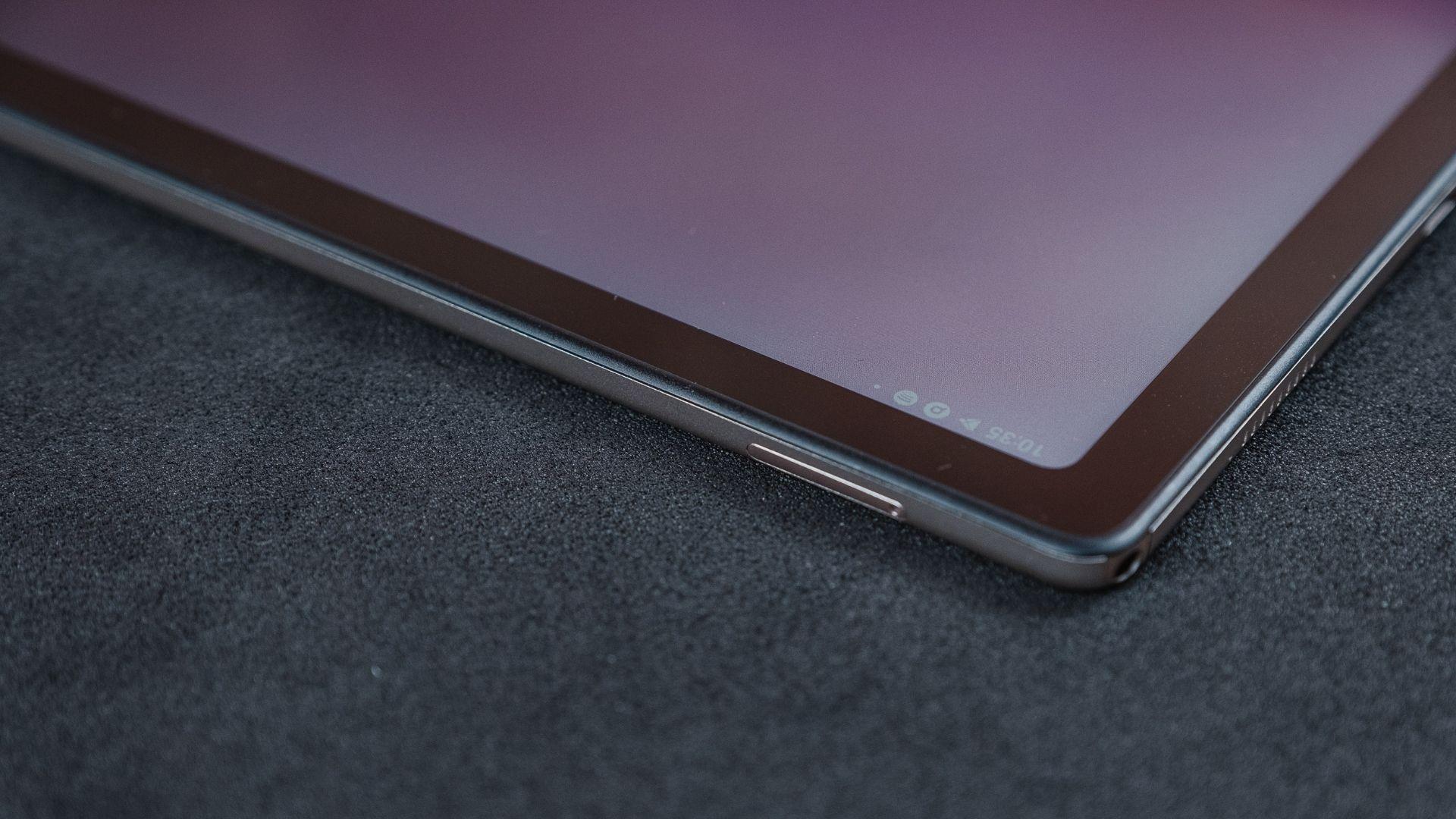 Parte do Galaxy Tab A7 com destaque para a gaveta para chip e as bordas finas
