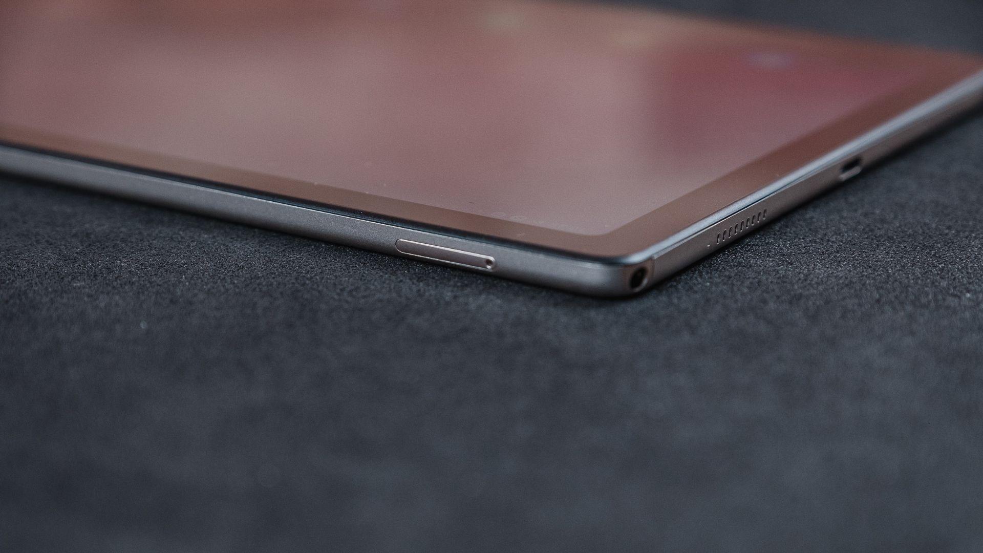 Parte do Galaxy Tab A7 com destaque para a gaveta de chip e a entrada para fone de ouvido