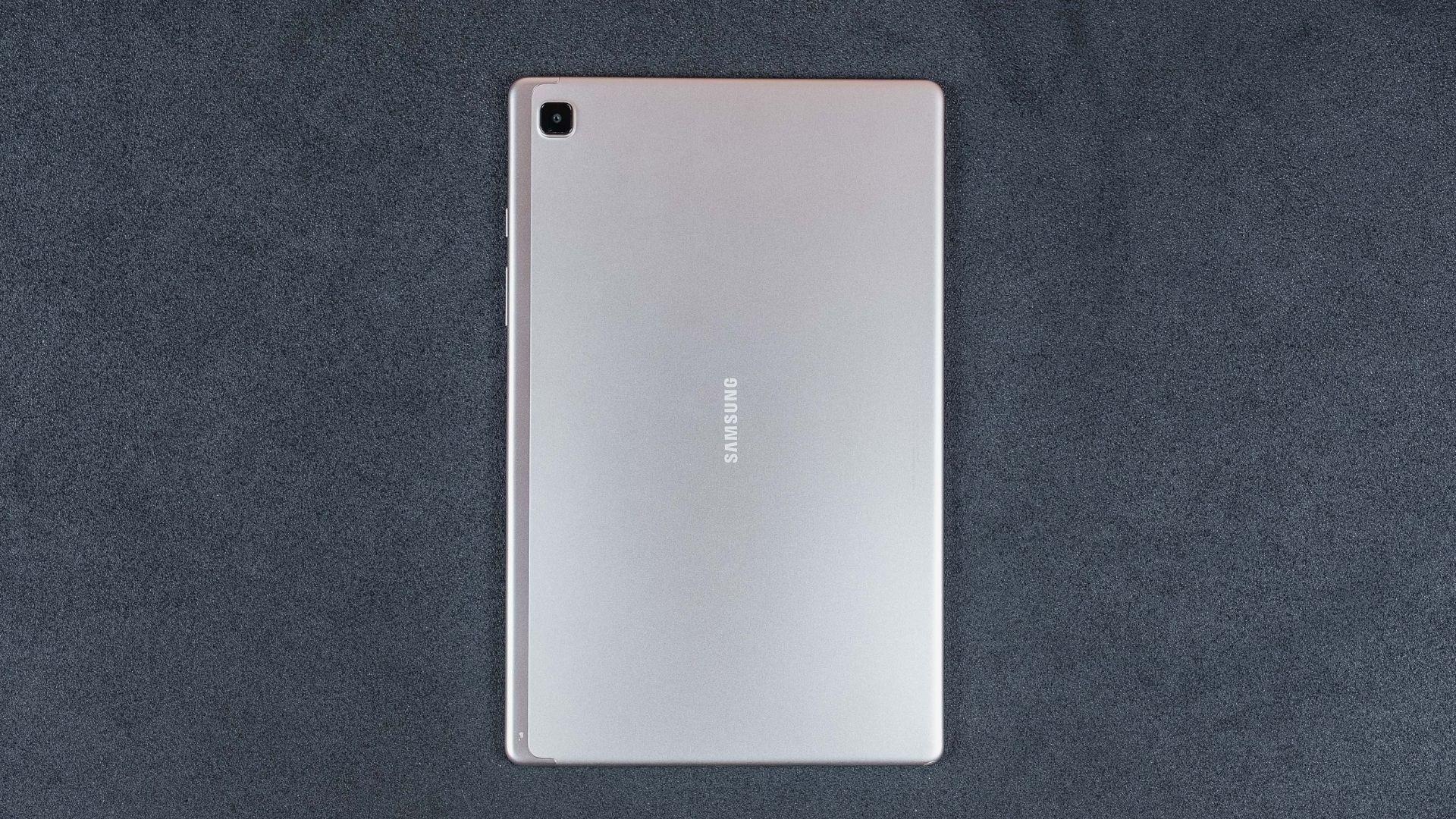 Traseira do Galaxy Tab A7 na cor dourada em fundo cinza